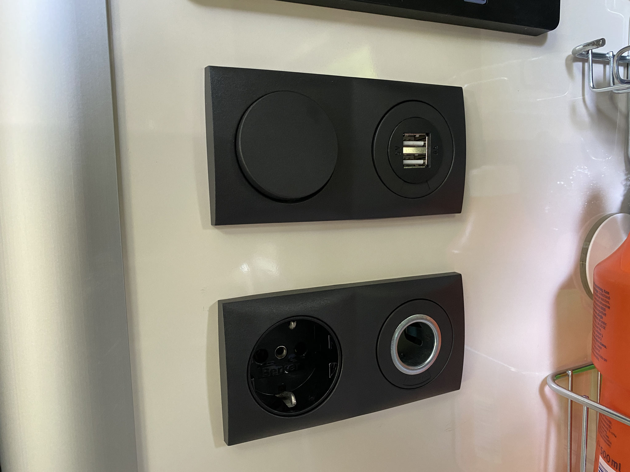 Steckdose 220V, 12V sowie USB-Anschlüsse