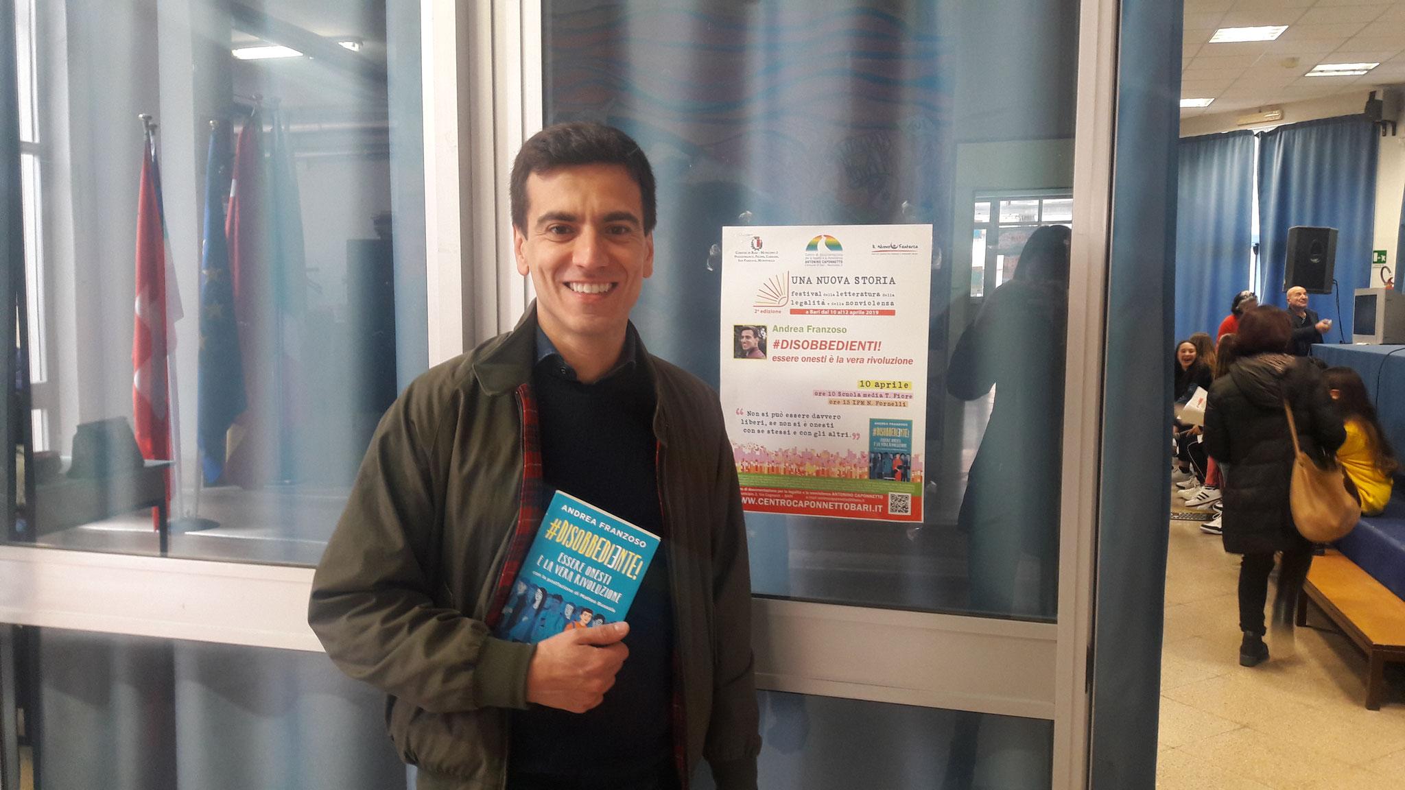 """Andrea Franzoso con """"#Disobbediente! Essere onesti è la vera rivoluzione"""" alla Scuola Media """"Tommaso Fiore"""""""