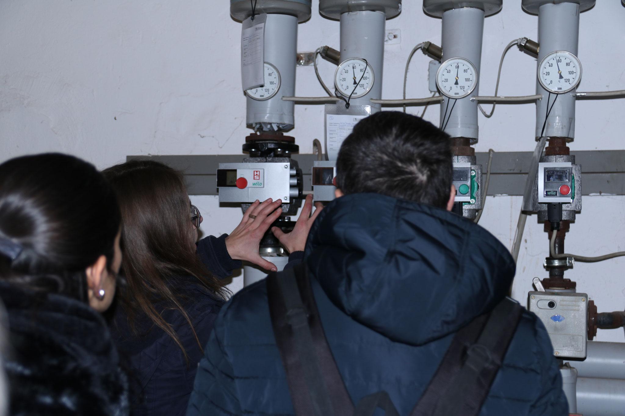 Mareike Failing von der Klimaschutzagentur Weserbergland zeigt beim Besuch der Grundschule in Salzhemmendorf, wie Energiemanagement vor Ort aussieht.
