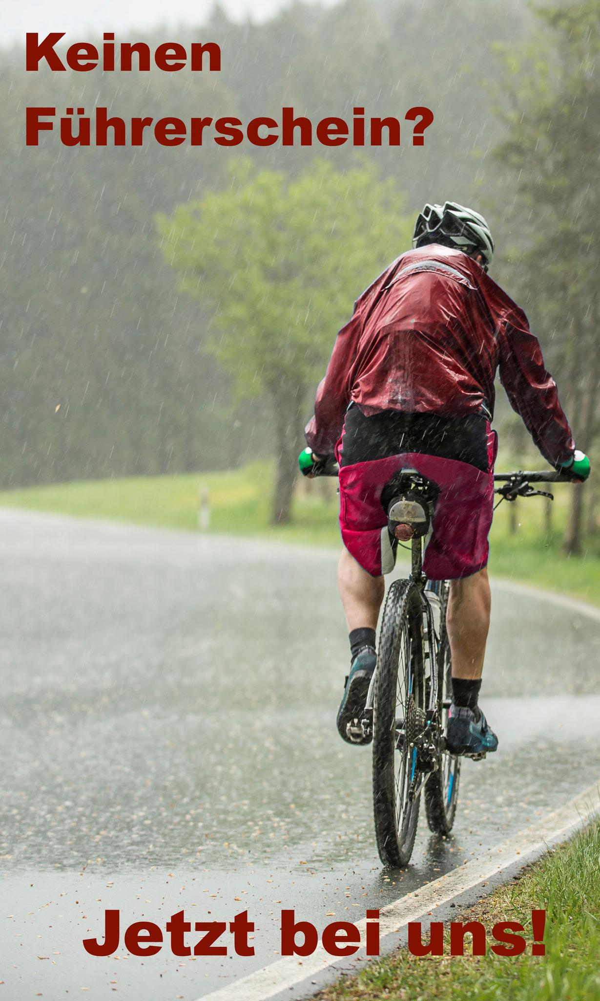 Wir lassen Dich nicht im Regen stehen: Unsere Fahrlehrer bringen Dich sicher durch die Prüfung.