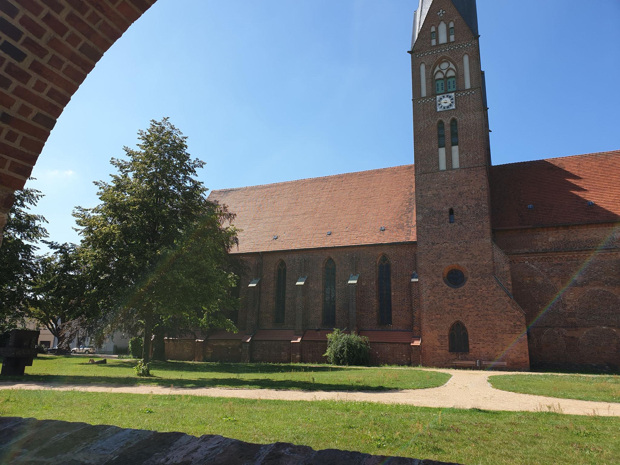 Blick durch die Stadtmauer auf die Klosterkirche
