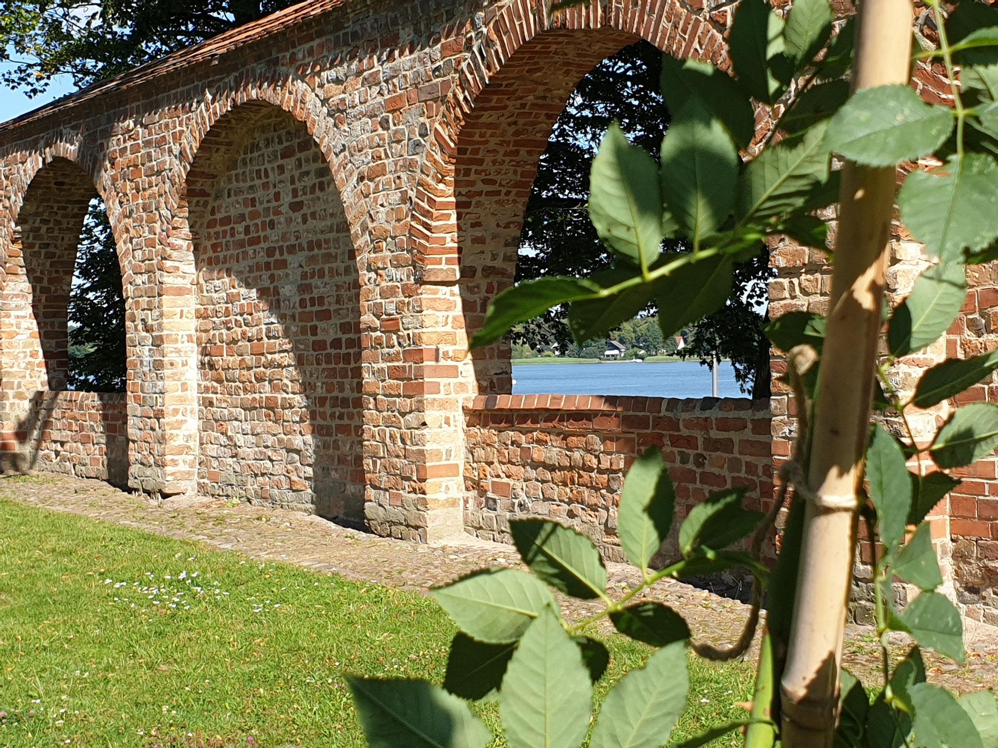 Blick durch die Stadtmauer zum Ruppiner See