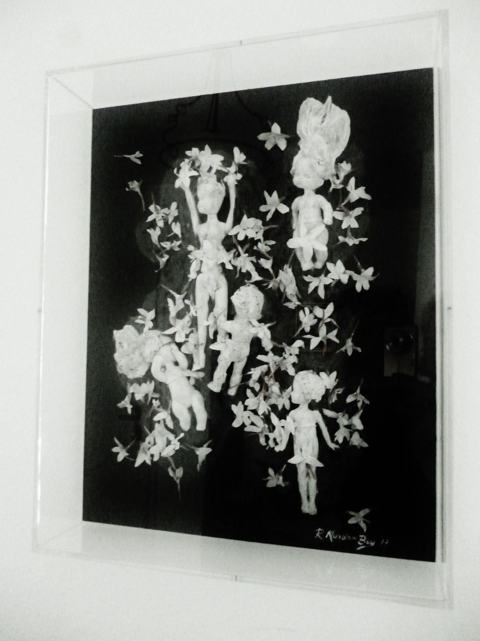 Angels of Yasmin V,Assemblage auf Holz in einer acryl Box,40 x 10 x 50 cm