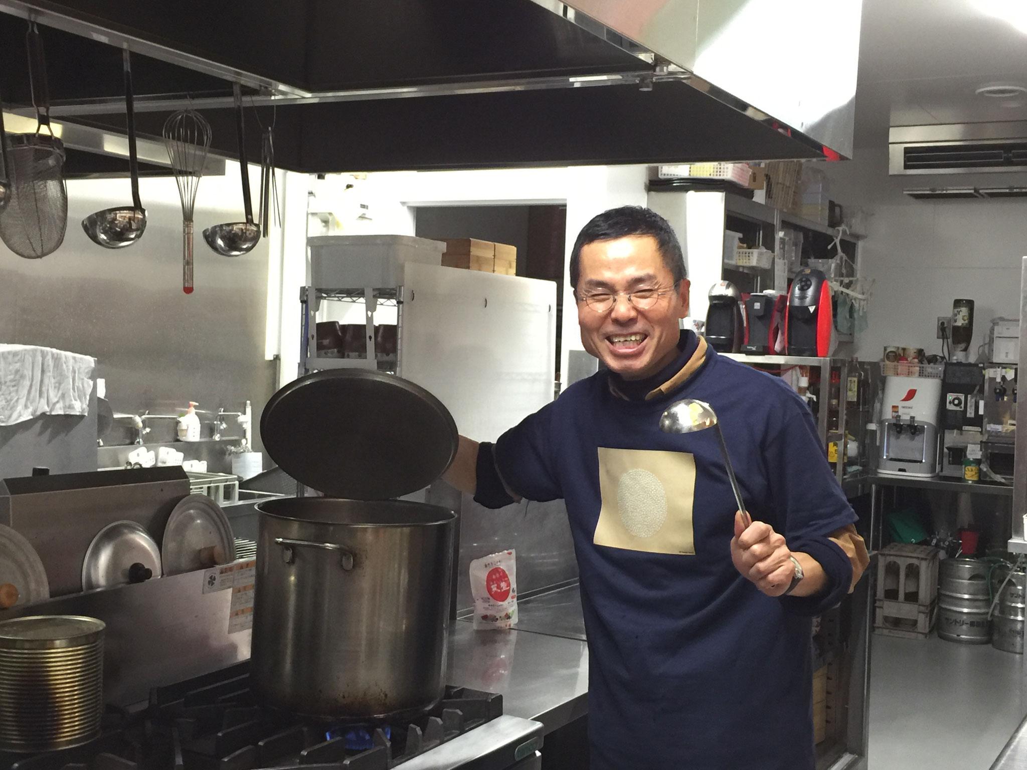 「さくさく」さんの厨房をお借りしてポトフを作る本田さん♪