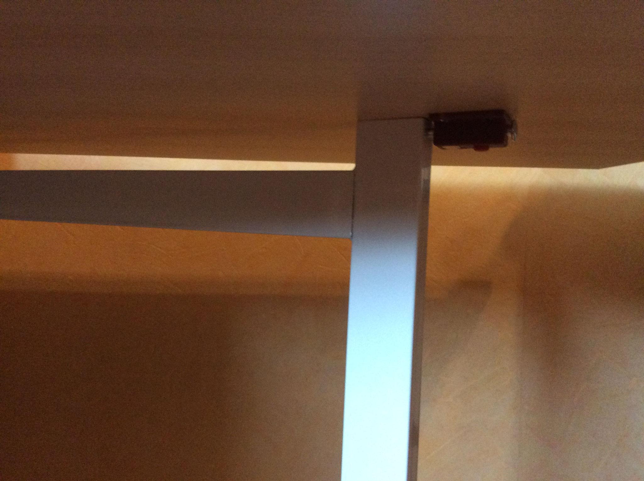 Schanier, dass das Tischbein mit der Tischplatte fest verbindet