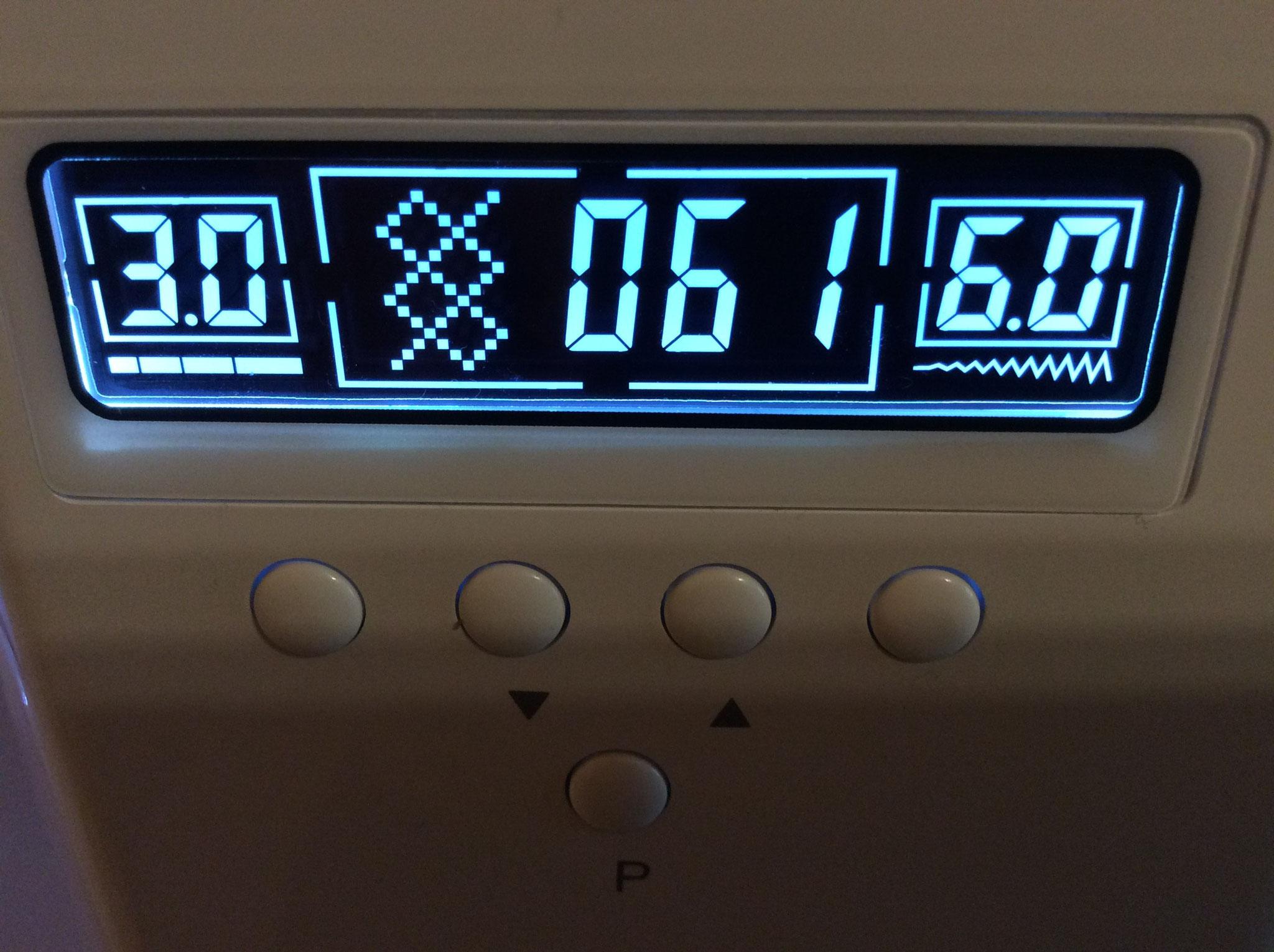 Display zeigt Grafik und Nummer des Stiches