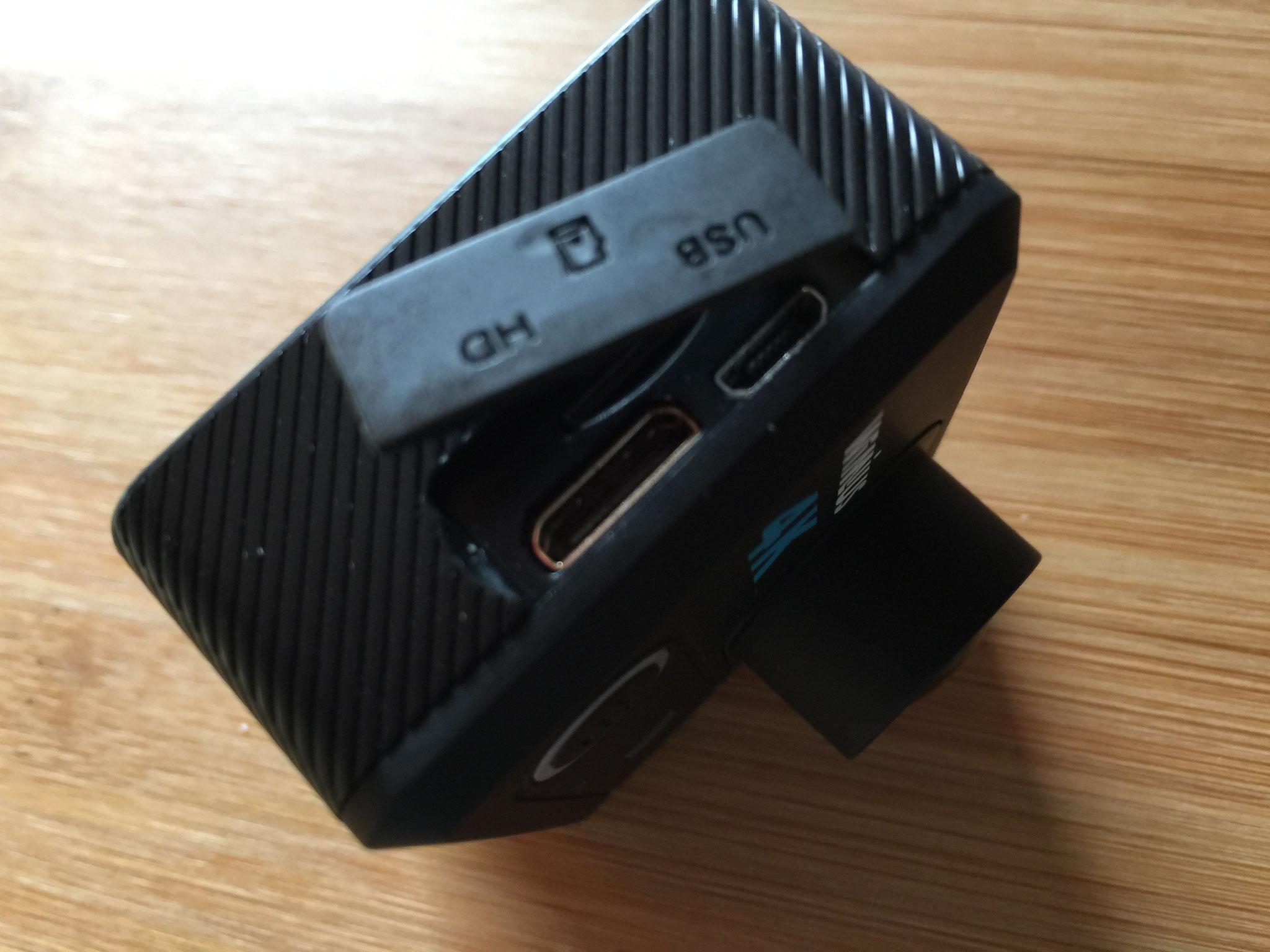 Abdecklasche für Anschlüsse und SD Card
