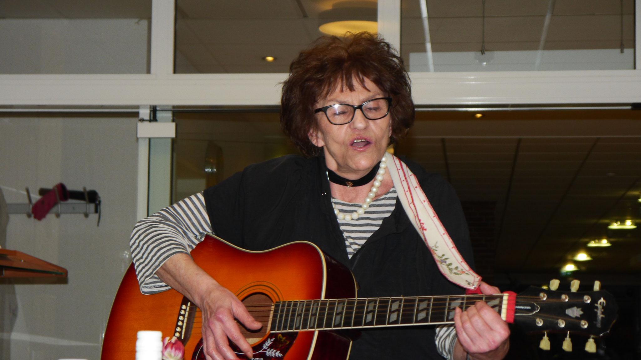 Helga wie immer brillant mit ihrer Gitarre und ihrem Gesang