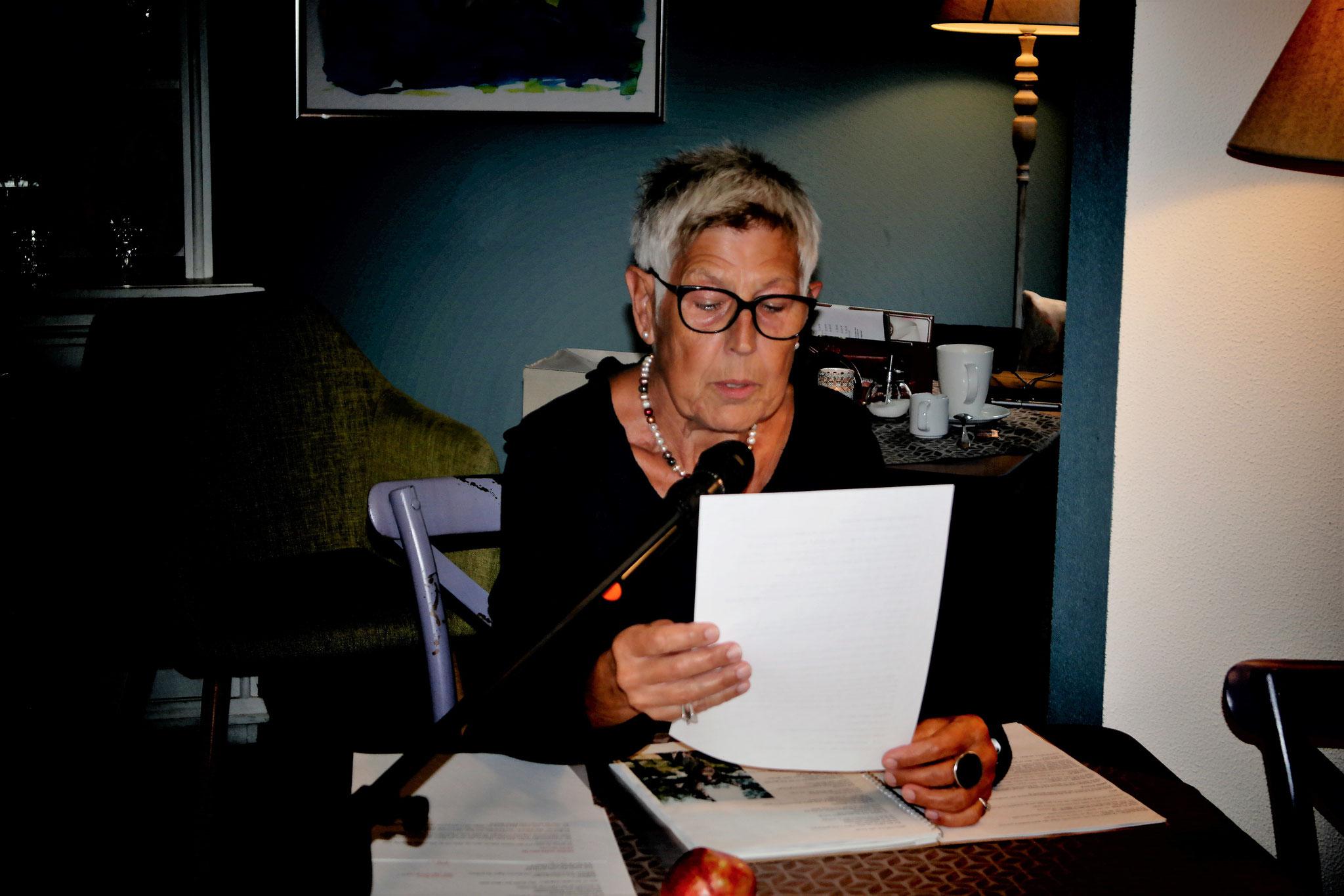 """Jutta Zibilla, las unter anderem aus den Geschichten """"Das Zwiegespräch"""" und der """"Baum"""""""