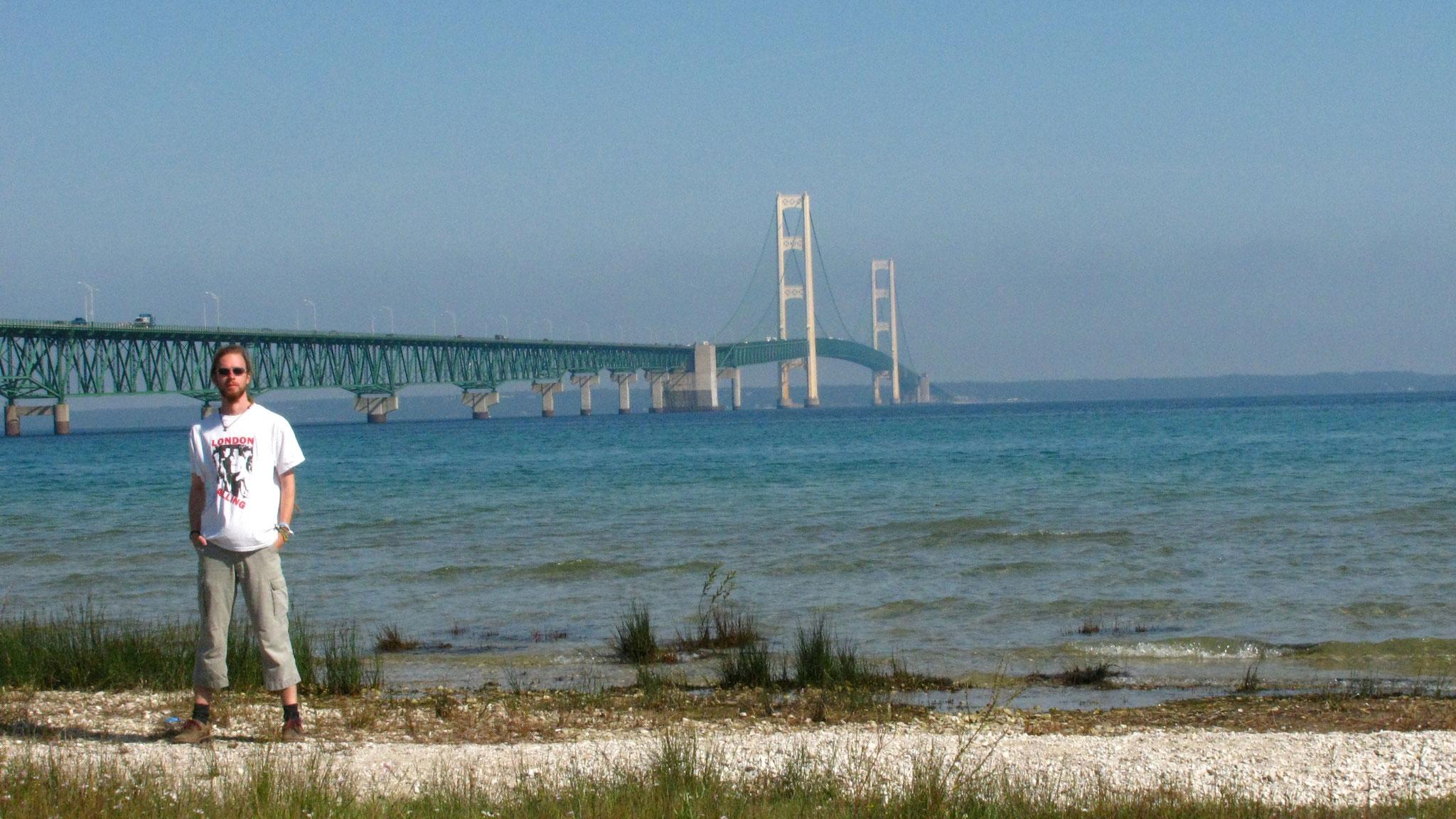 Die Mackinac Bridge über den Wasserweg zwischen Lake Michigan und Lake Huron