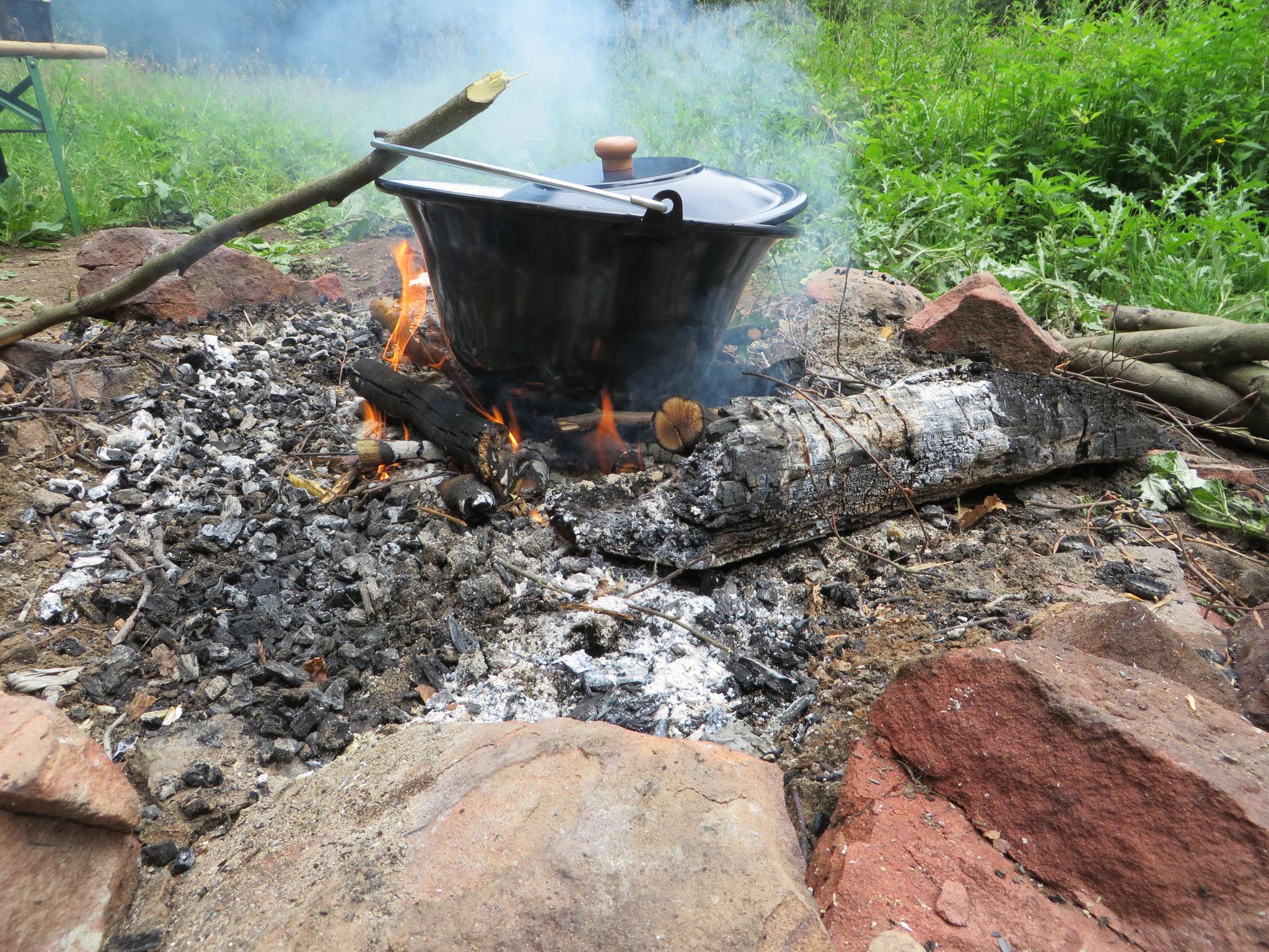 Im Gulaschkessel kocht der Eintopf mit Wildkräutern.
