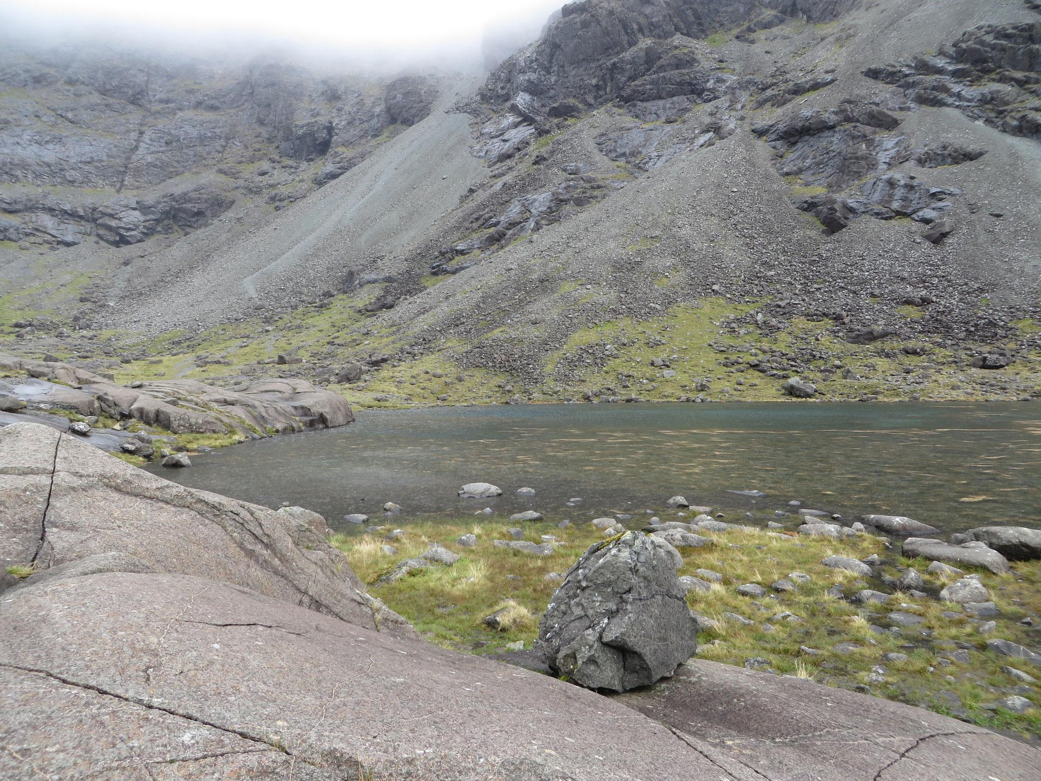Bergsee in den Cuillins - Augenblicke später schon vom Nebel verschluckt (SCO 2018)