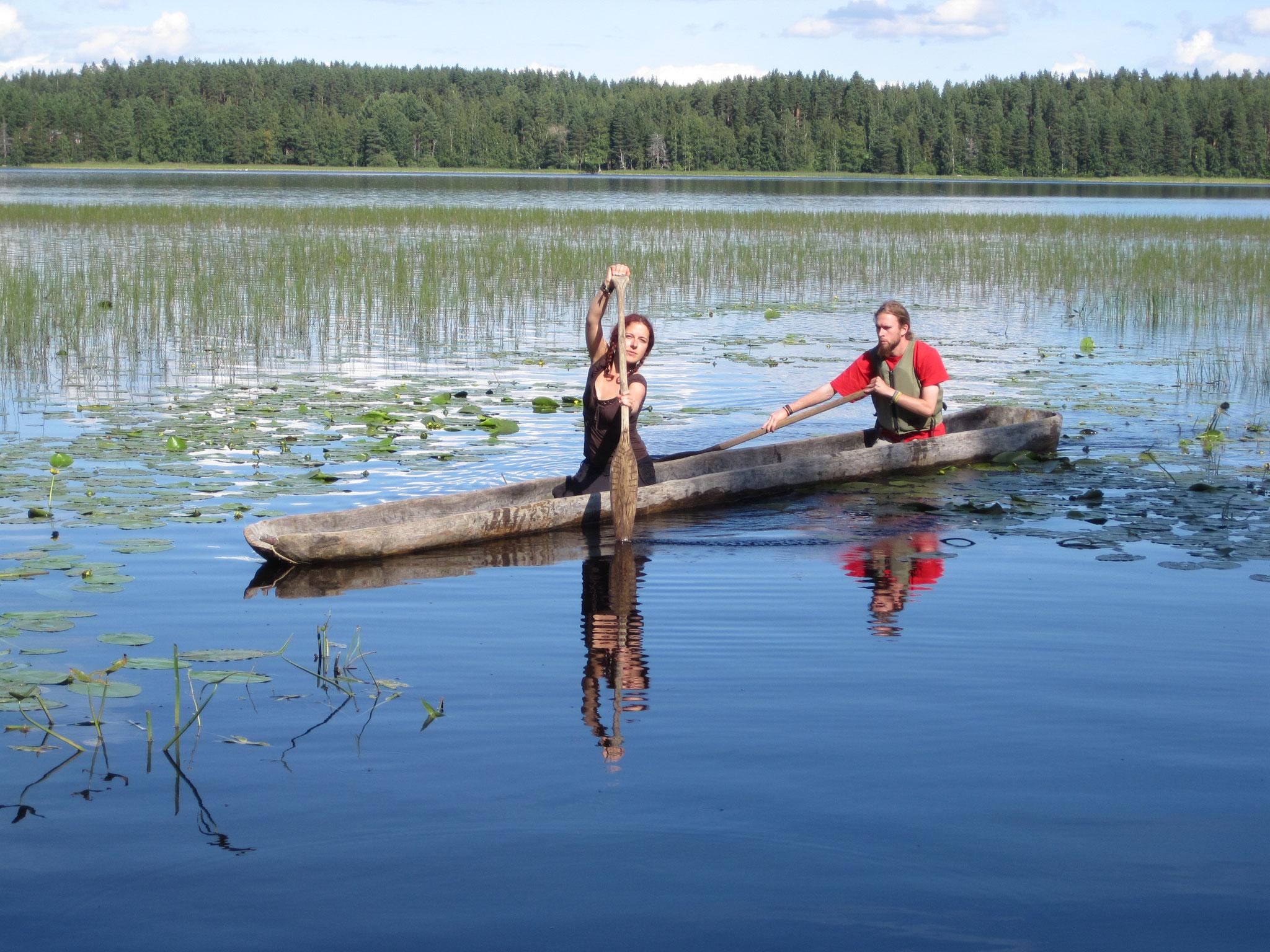 Im Einbaum wie heute im Kunststoff-Kanu: Ziehschlag im Bug, Bogenschlag im Heck