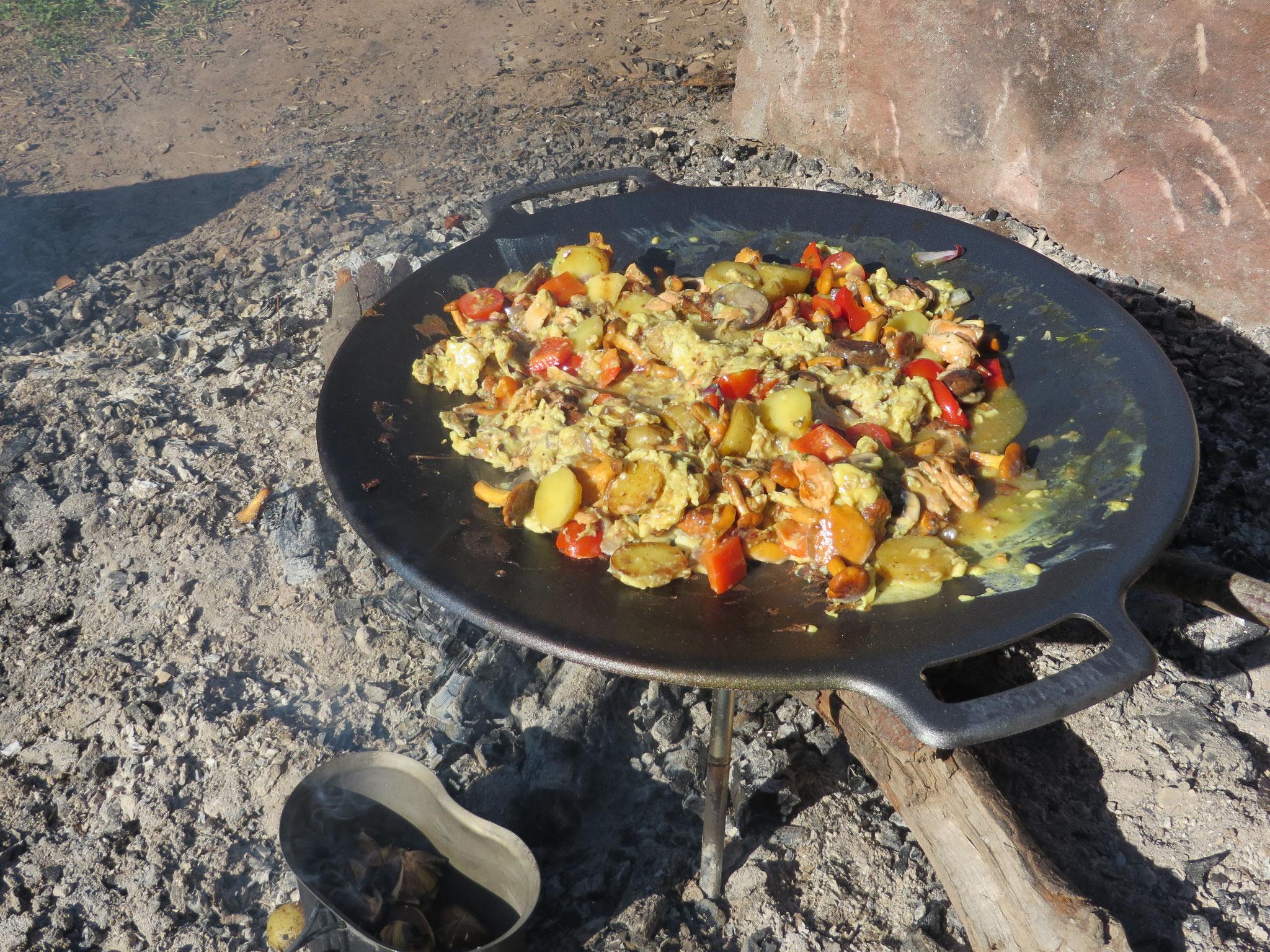 Und schon wird ein Pilz-Omelette daraus. Nebenan Maroni in der Blechtasse.