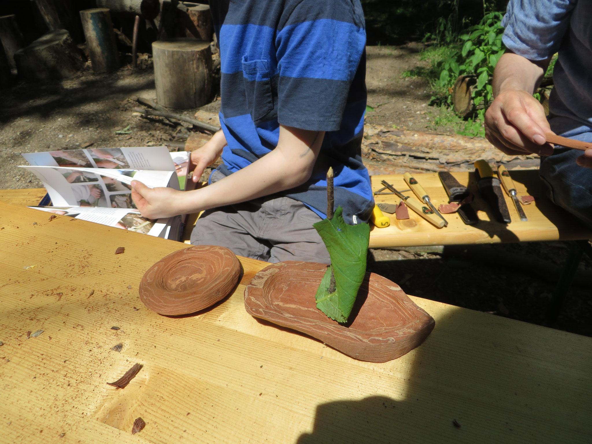 Ein junger Handwerker vertieft ins Taschenmesserbuch von Felix Immler.