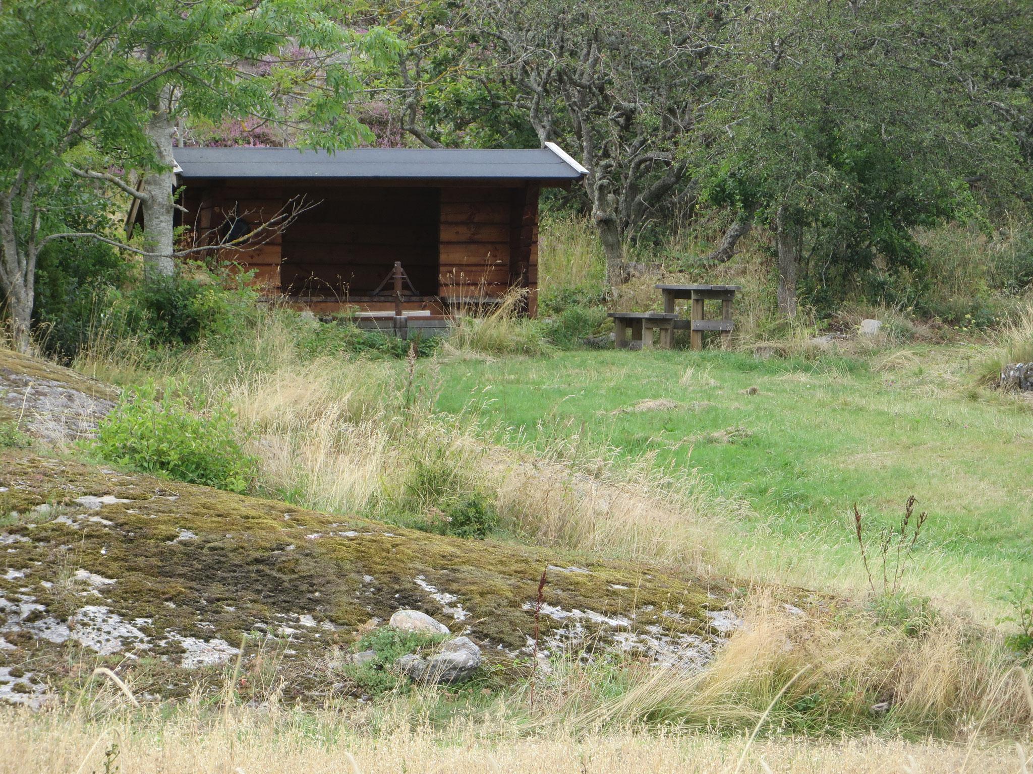 Windschutzhütte für Wanderer wie üblich in Schweden
