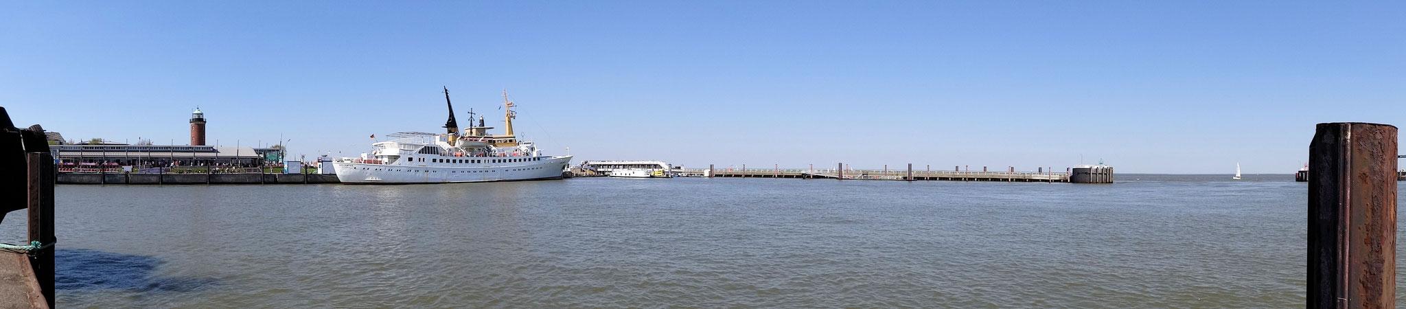 Alte Liebe in Cuxhaven mit der MS Atlantis am Anleger