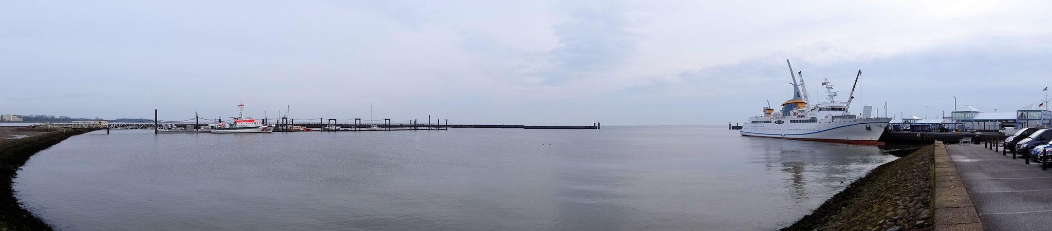 Der Fährhafen mit der MS Helgoland