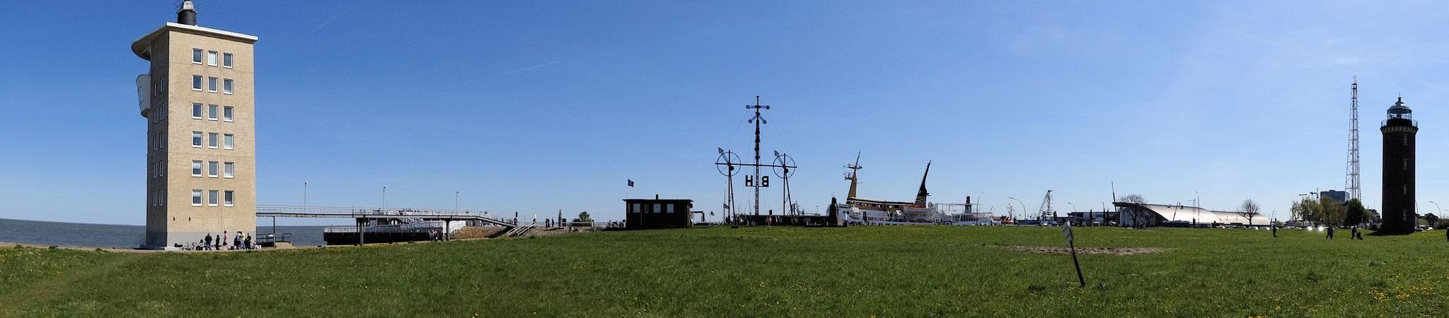 Hafen von Cuxhaven mit der Alten Liebe und dem Leuchtturm