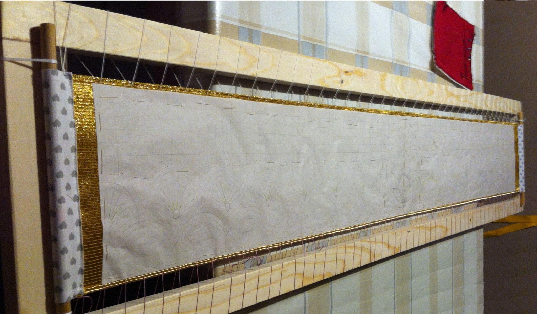 Das Muster wurde inzwischen auf Seidenpapier übertragen. Nun wird es auf den Stoff geheftet.
