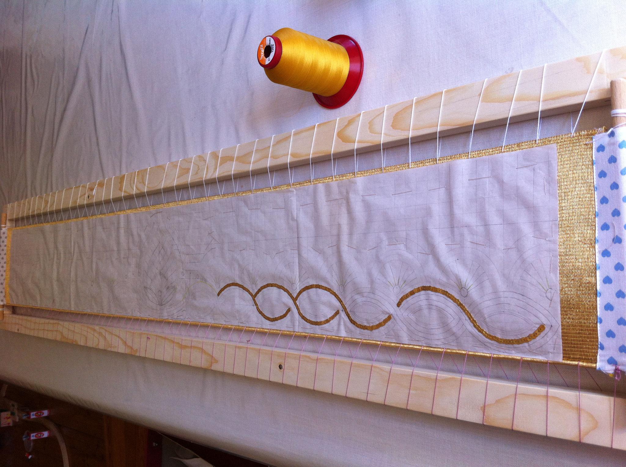 Die ersten Linien aus Flitter und Vorlegefaden entstehen.