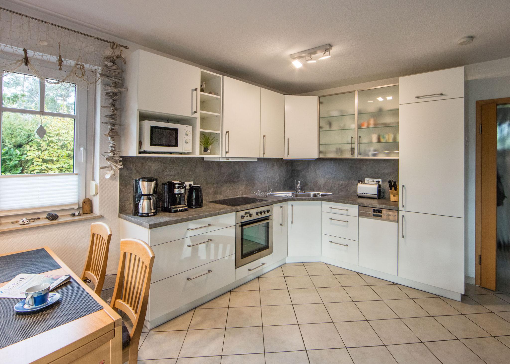 Komplett und hochwertig ausgestattete Küche mit Esstisch für 4 Personen