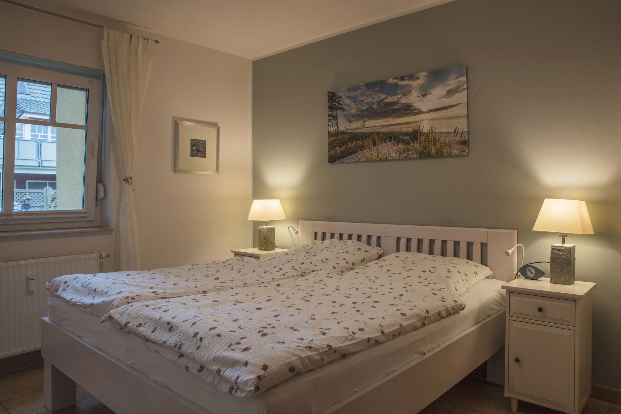 Schlafzimmer mit hochwertigem Doppelbett, Mückengittern und Plissees. Beide Schlafzimmer können mit Rollos verdunkelt werden
