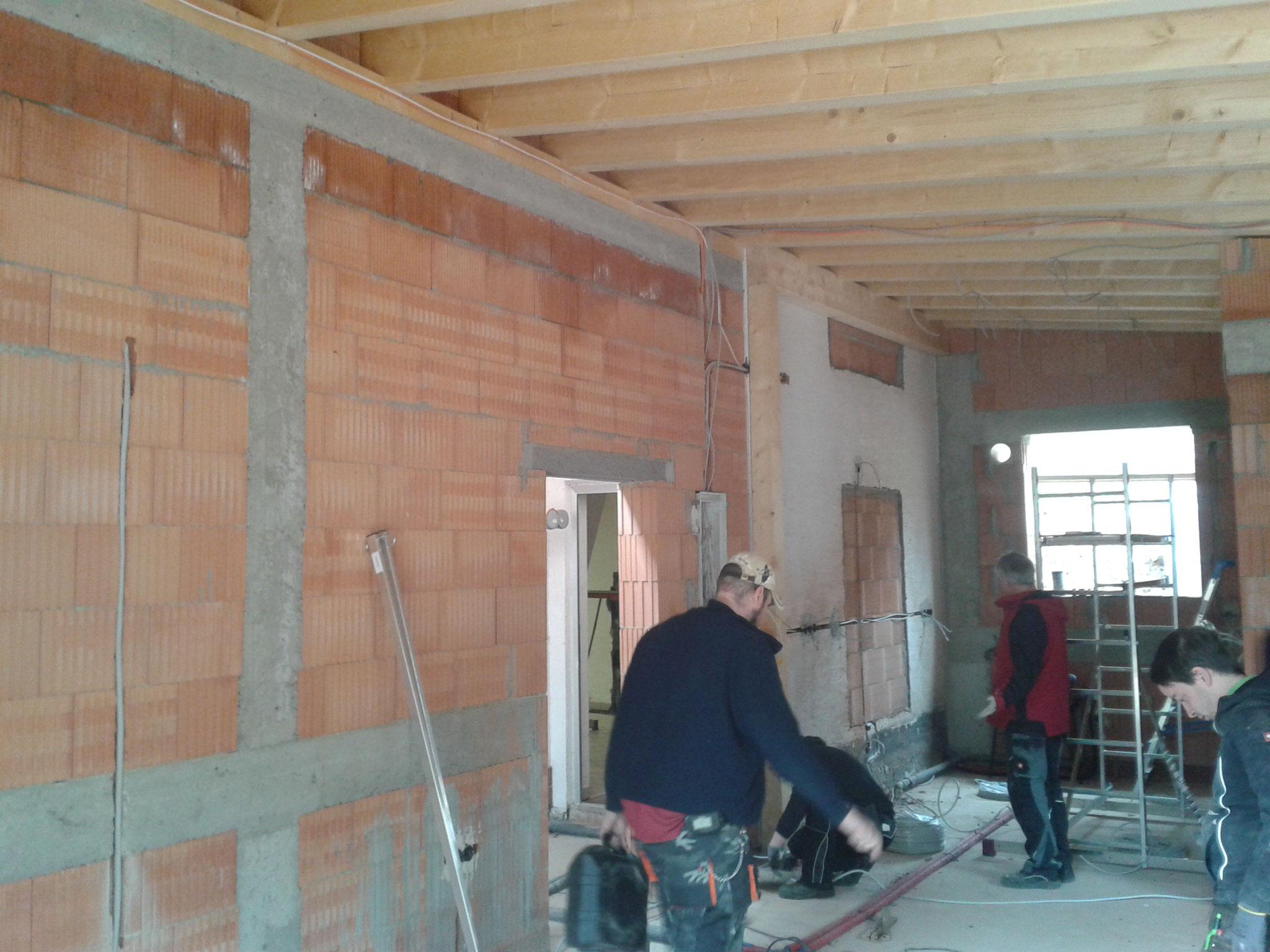 Baustellenbetrieb im Neubau.