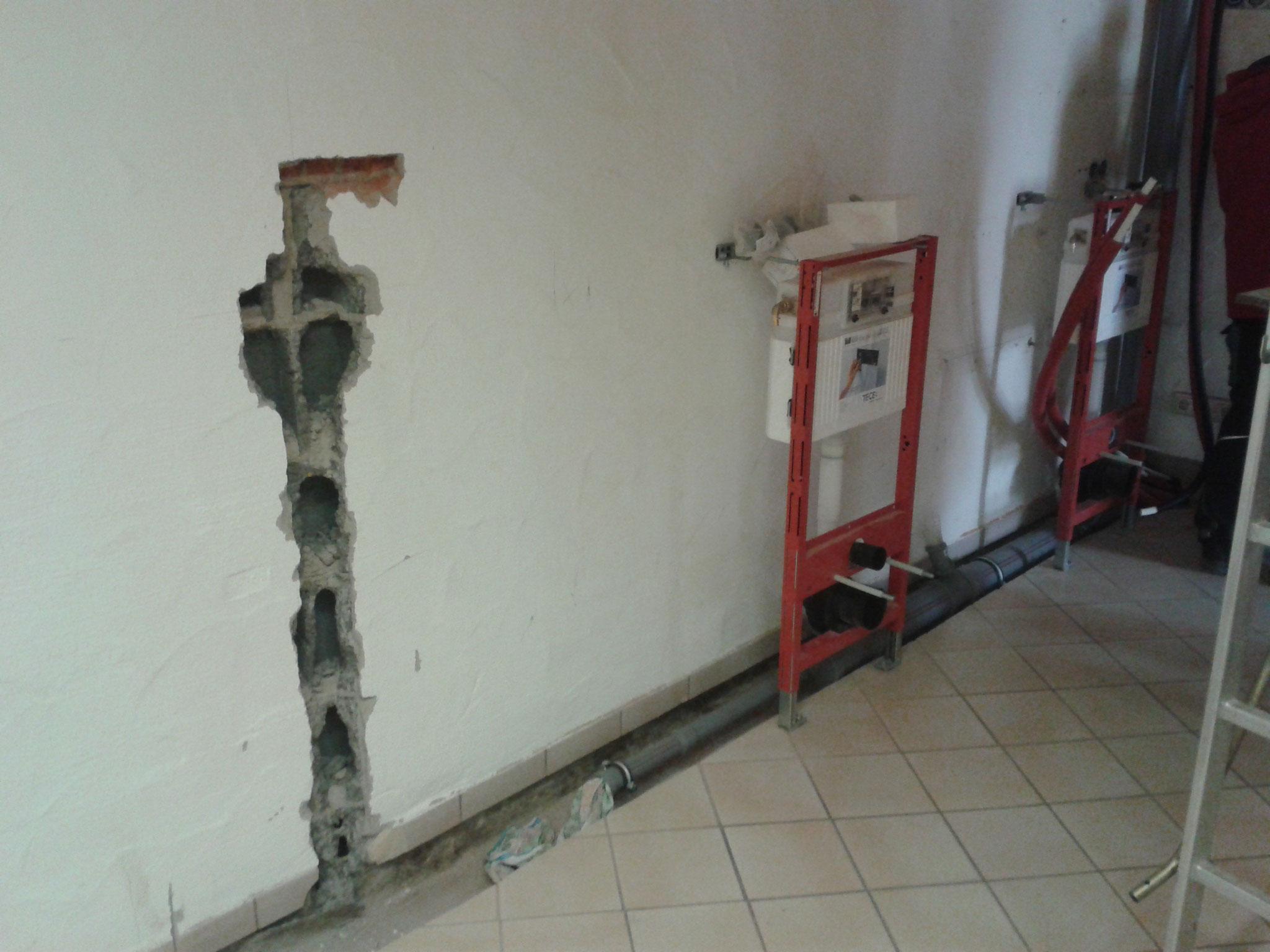 Vorbereitungsarbeiten für die neue Dusche, Damen- und Herrentoilette.