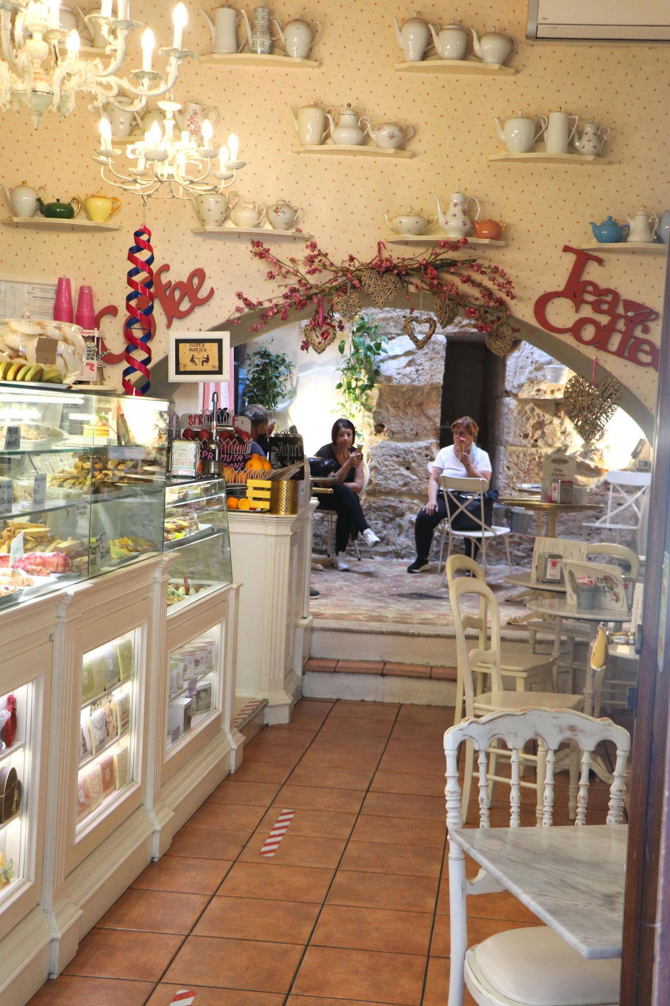Kleine hübsche Läden in Assisi.
