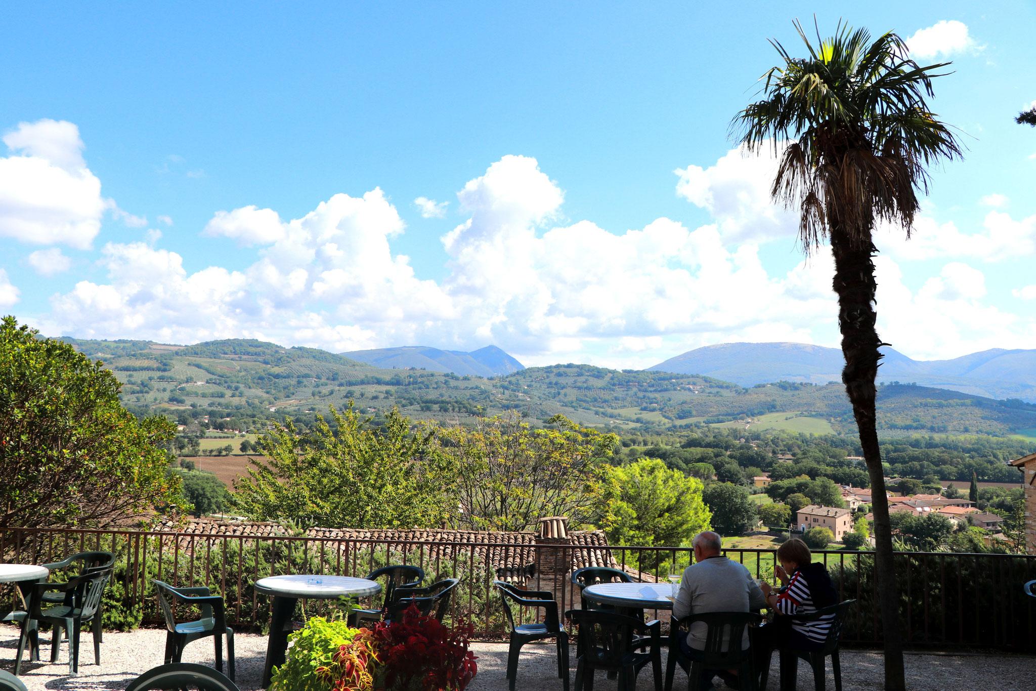 Blick von einem Restaurant aus in Spello.
