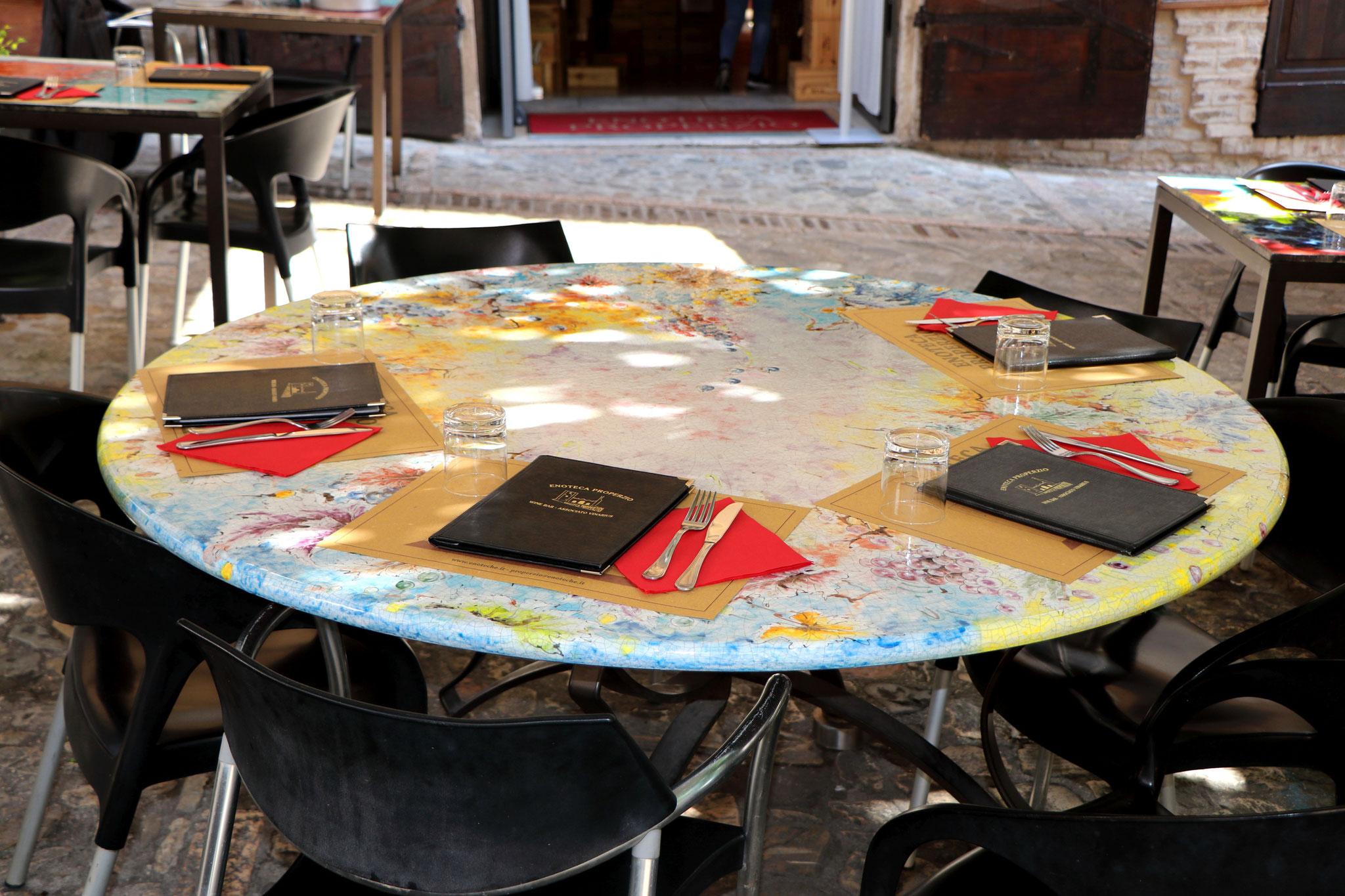 In diesem Restaurant sieht jeder Tisch anders aus - kreiert von einem Künstler.