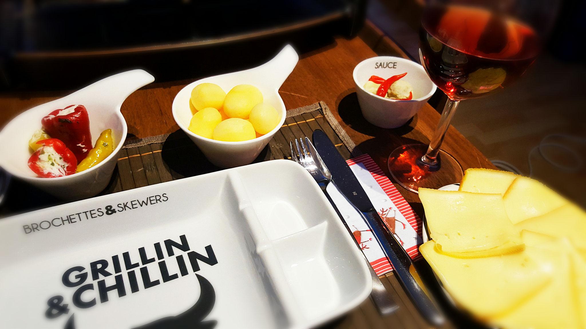 Frischkäse-Antipasti, Kartoffeln, Artischocken, Chili-Schoten, Raclettekäse und Wein