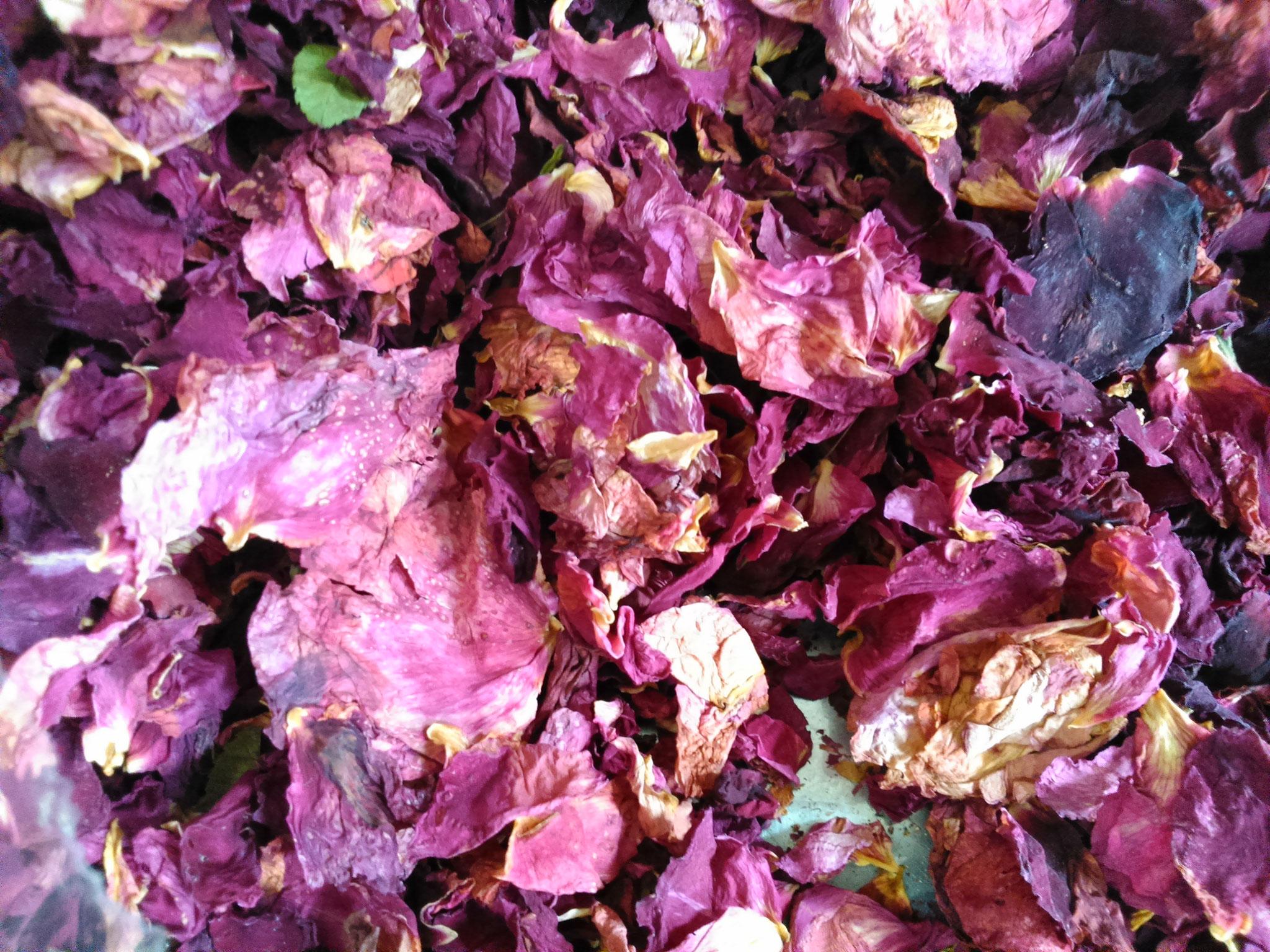 Eine duftende Zutat - Bio-Rosenblätter...