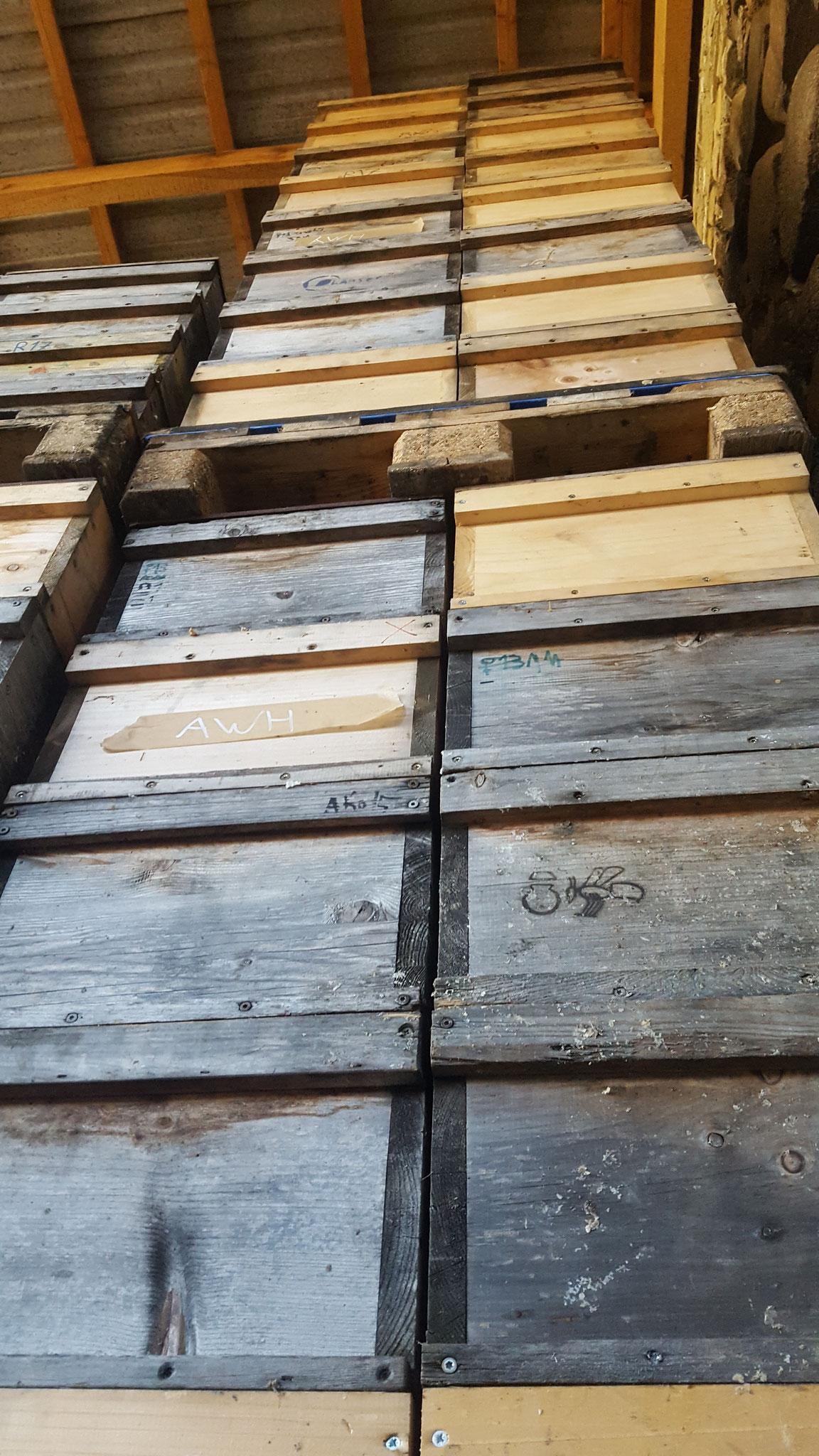...vielen hundert Bienenkästen, in denen die Bienen wohnen, sind eigenhändig gebaut worden. Nach den  Biorichtlinien darf  nur naturbelassenes Holz verwendet werden.