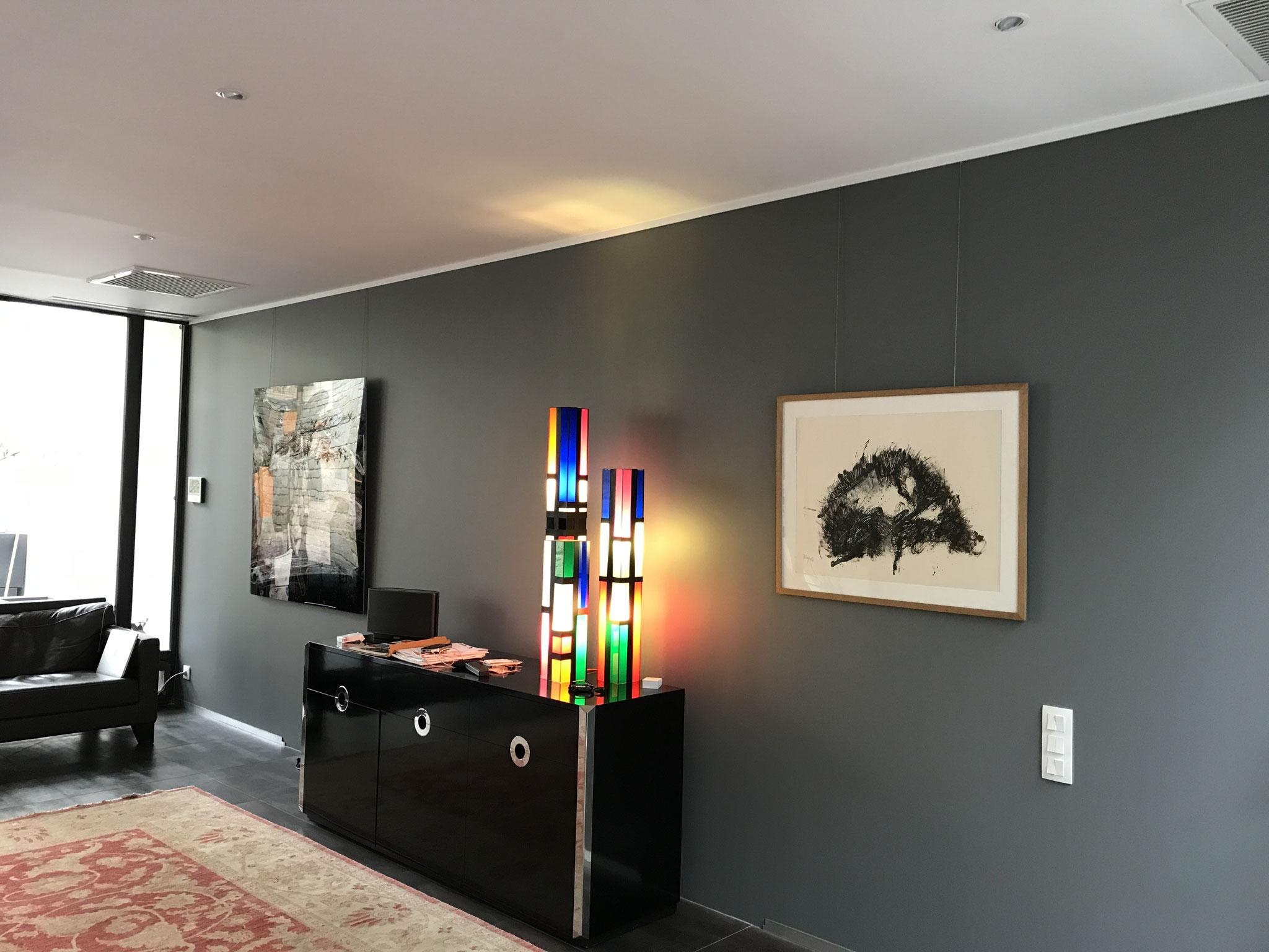 La cimaise de la même couleur que le plafond fait office de corniche lorsque le mur est d'une couleur différente