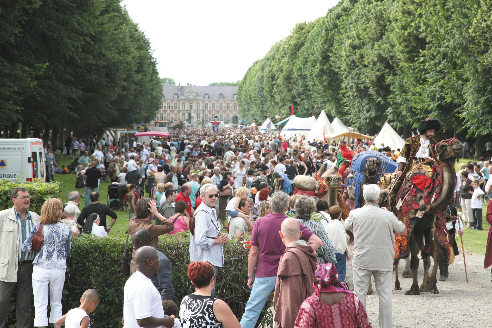 La Drève noire de monde lors de la Fête des Harengs en 2008