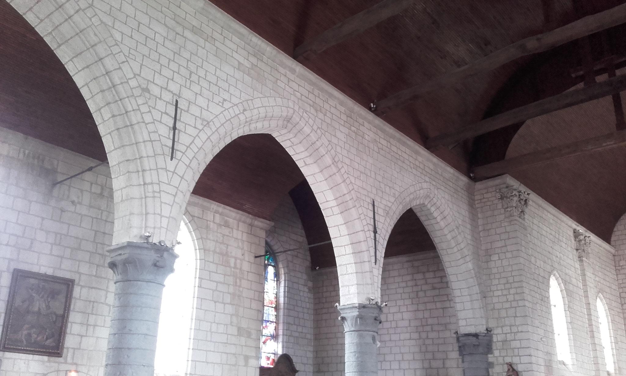 Nef de l'église St Nicolas de Sainghin en Mélantois - les chapiteaux à crochets sont typiques du gothique Tournaisien, tout comme les arches qui ne sont pas sans ressemblance avec celles de la Collégiale St Piat de Seclin.