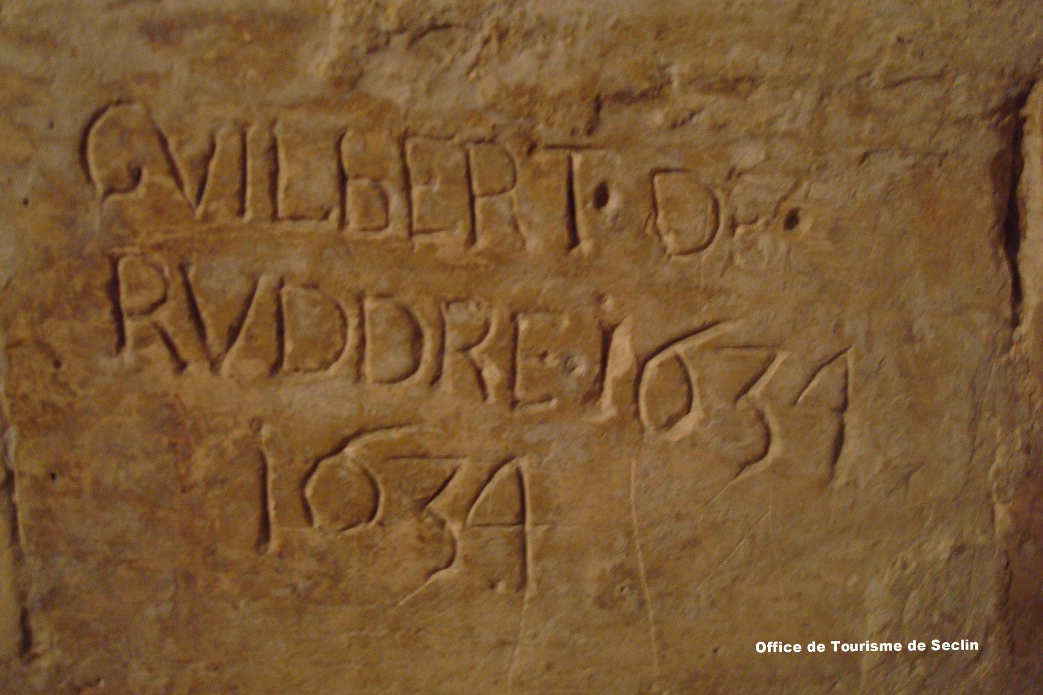 Collégiale St Piat de Seclin - Mur de la crypte - Graffiti (crédit : Office de Tourisme de Seclin & Environs)