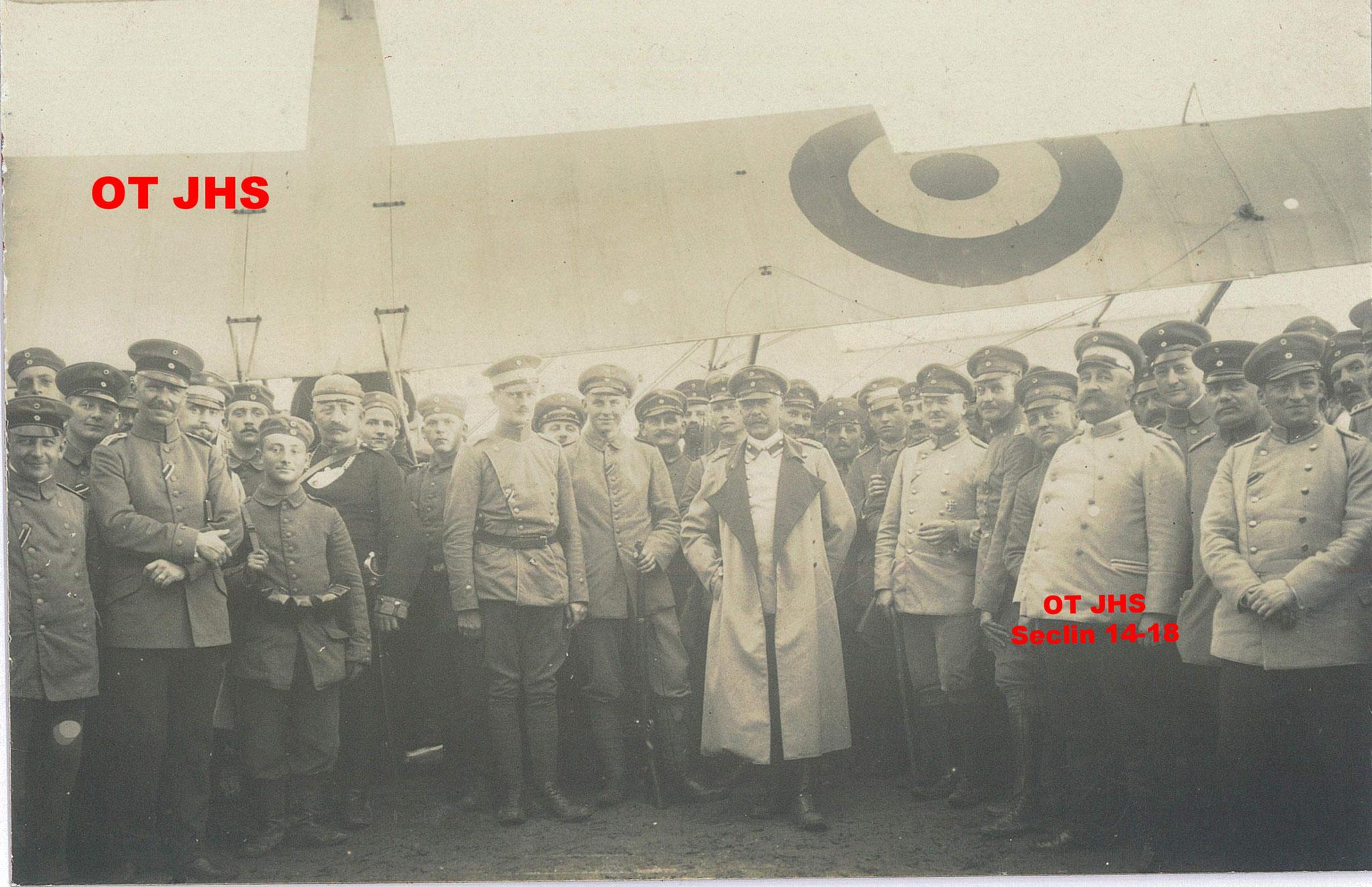 1915 - Von François avec ses hommes, site crash avion sur Seclin (crédit : OT JHS - reproduction interdite)