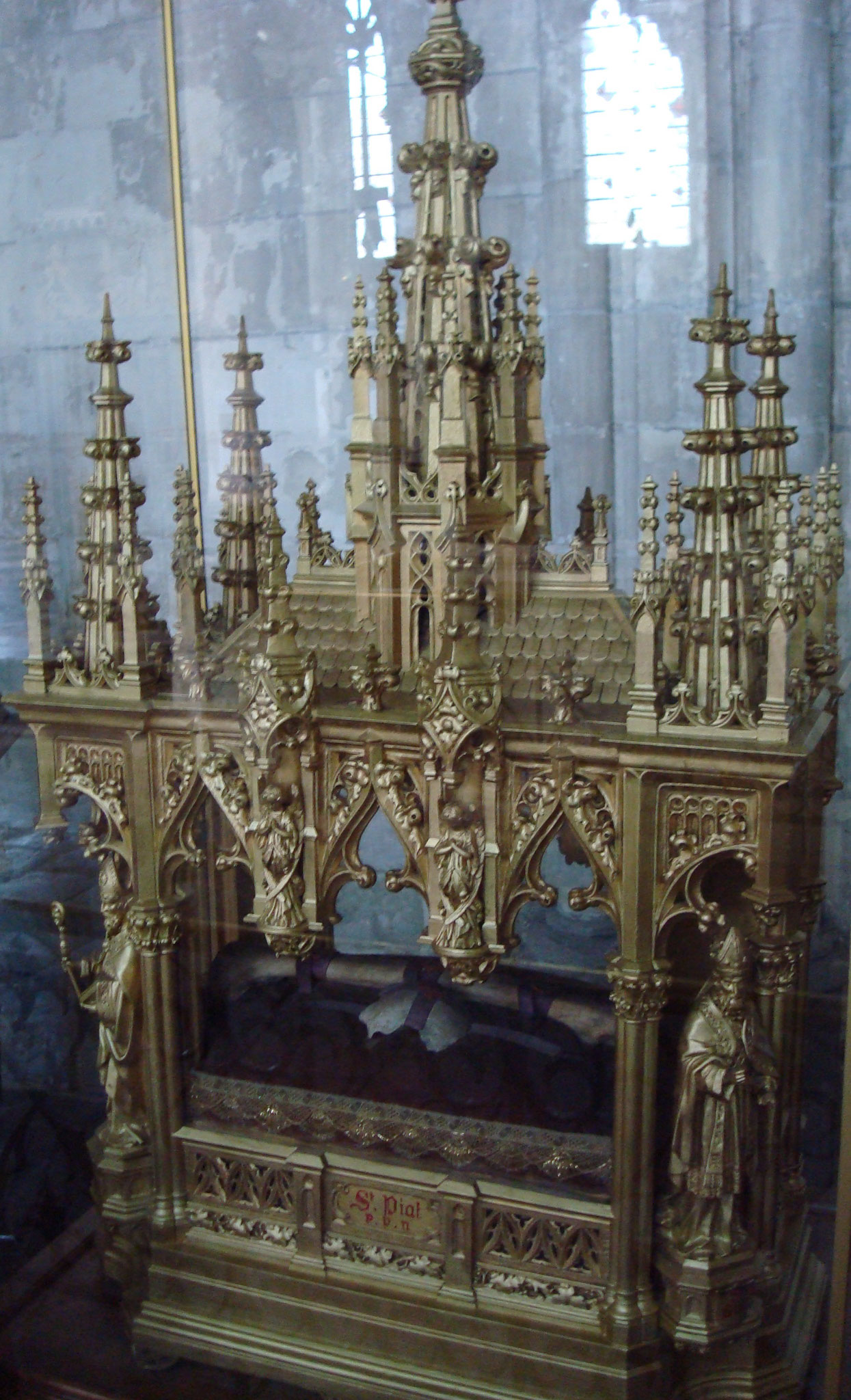 La Châsse de 1853 avec les reliques de Piat : le bout de crâne et le fémur (Collégiale St Piat - Seclin)