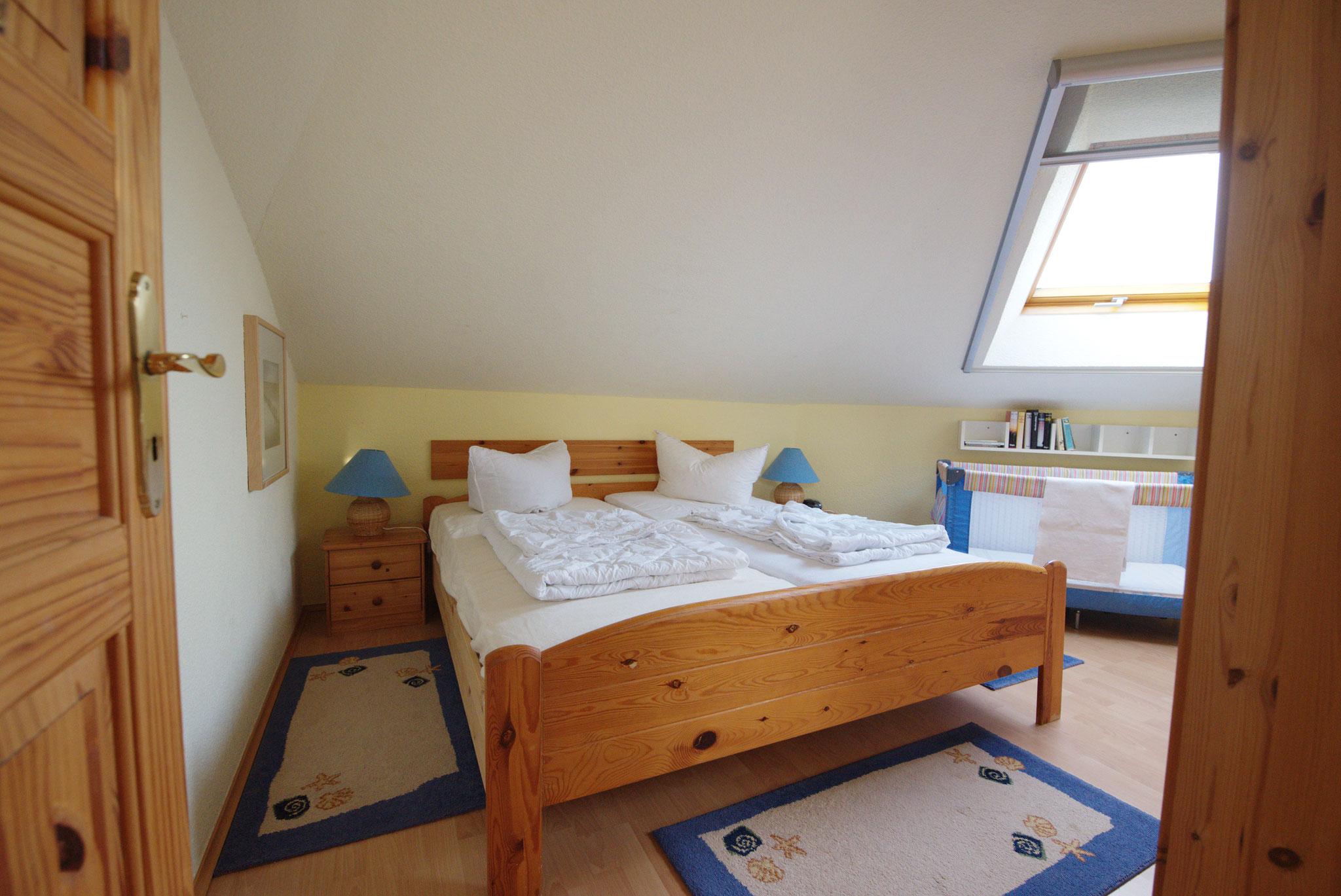 2. Schlafzimmer oben mit Doppelbett