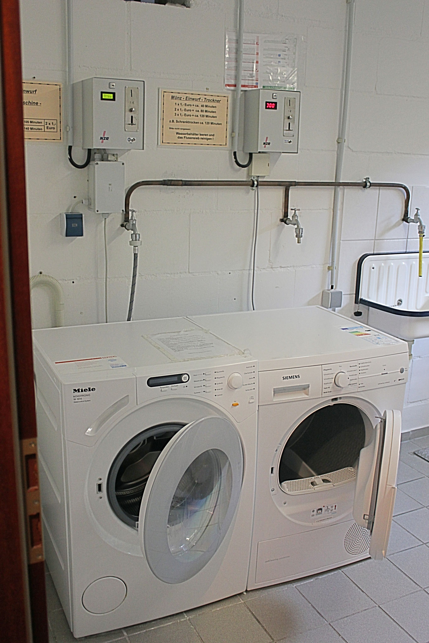 Waschmaschine und Trockner im Keller