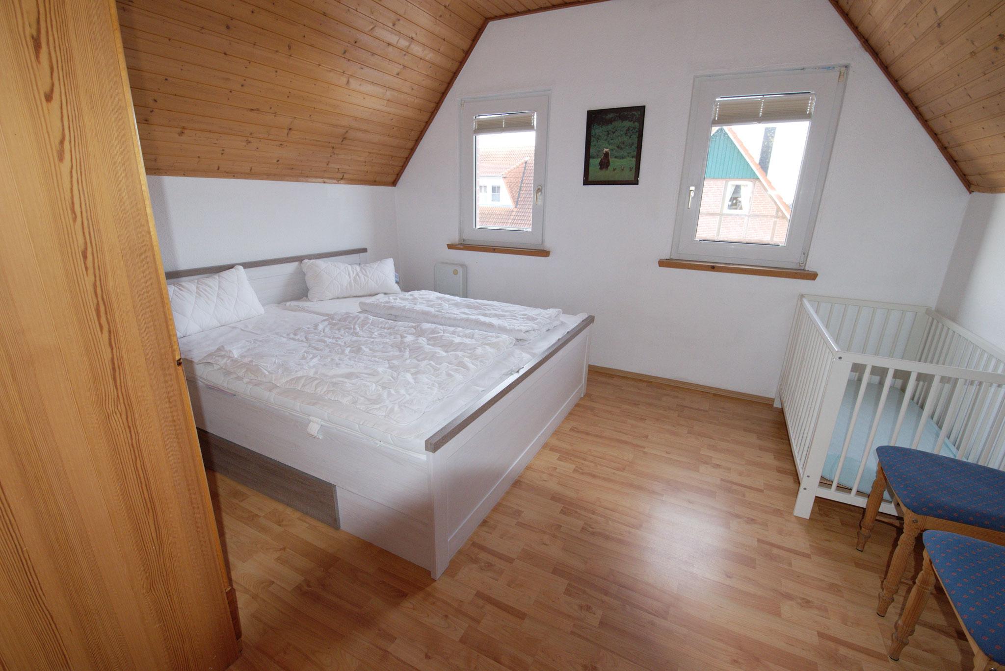 1. Schlafzimmer mit Doppelbett oben