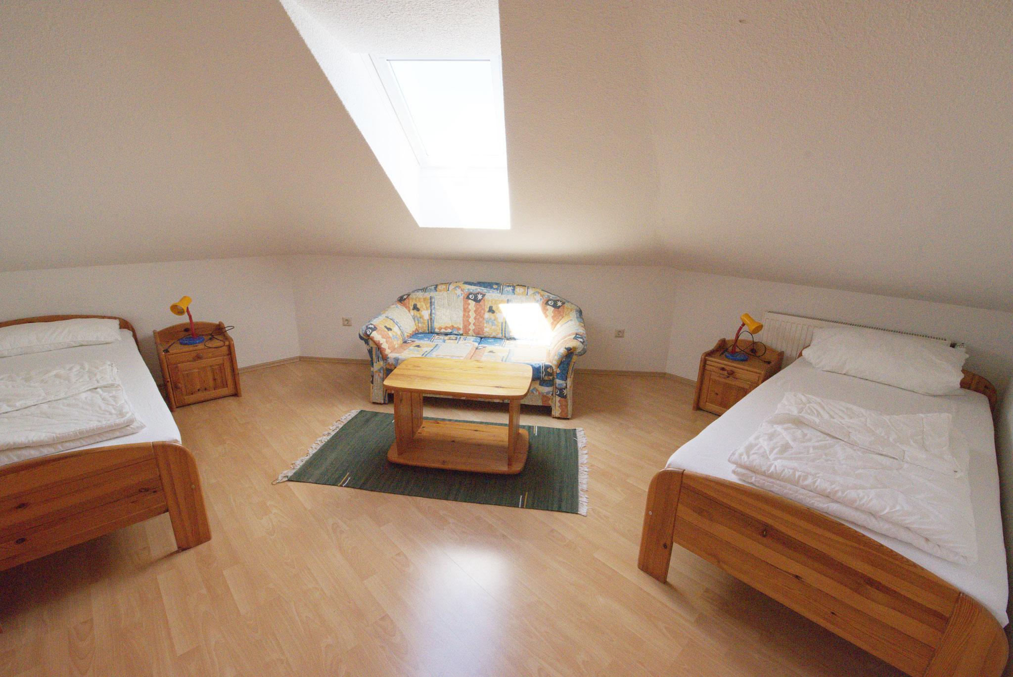2. Schlafzimmer -  oben mit 2 Einzelbetten und Schlafcousch