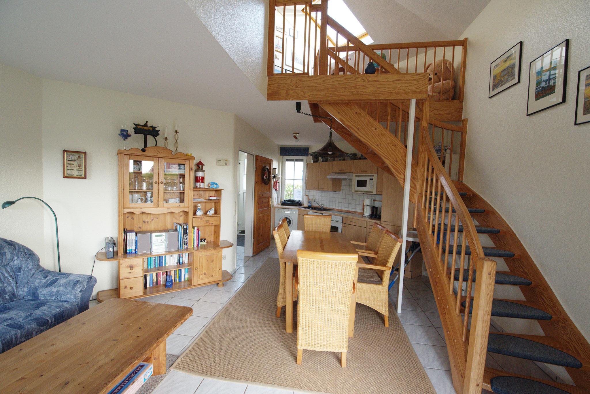 Wohn- undEssbereich mit Aufgang zum Obergeschoss
