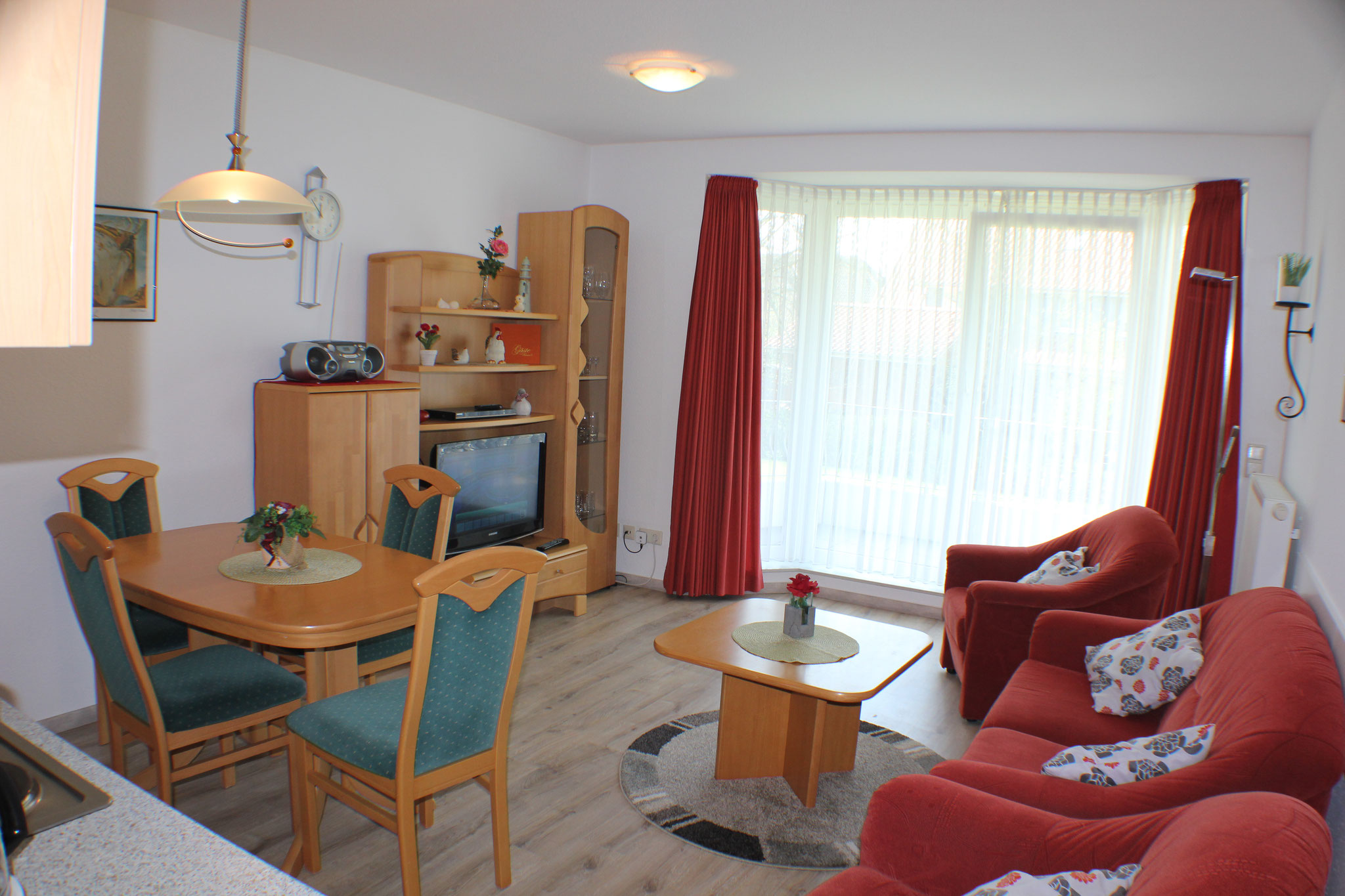 Wohn-Essbereich der Ferienwohnung Seebär