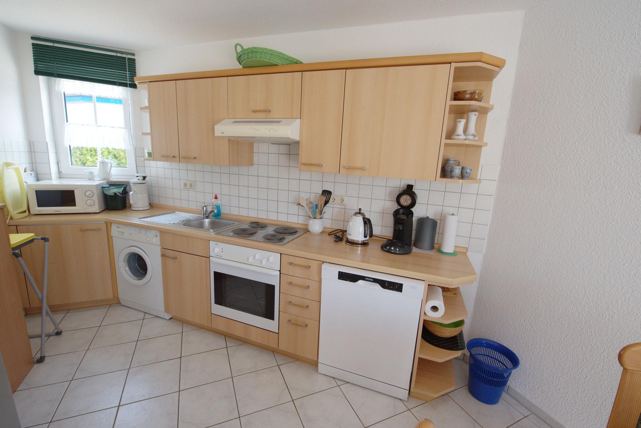 Einbauküche mit Waschmaschine, Geschirrspüler und Herd mit Backofen