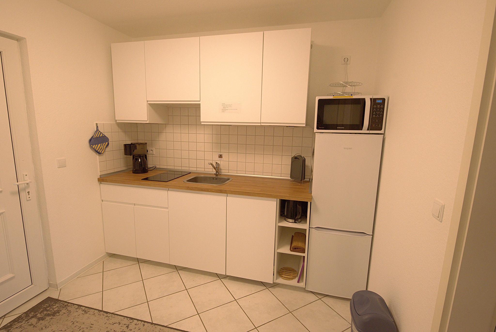 Küchenzeile mit 2 Plattenceranfeld, Geschirrspüler und Mikrowelle mit Heißluft