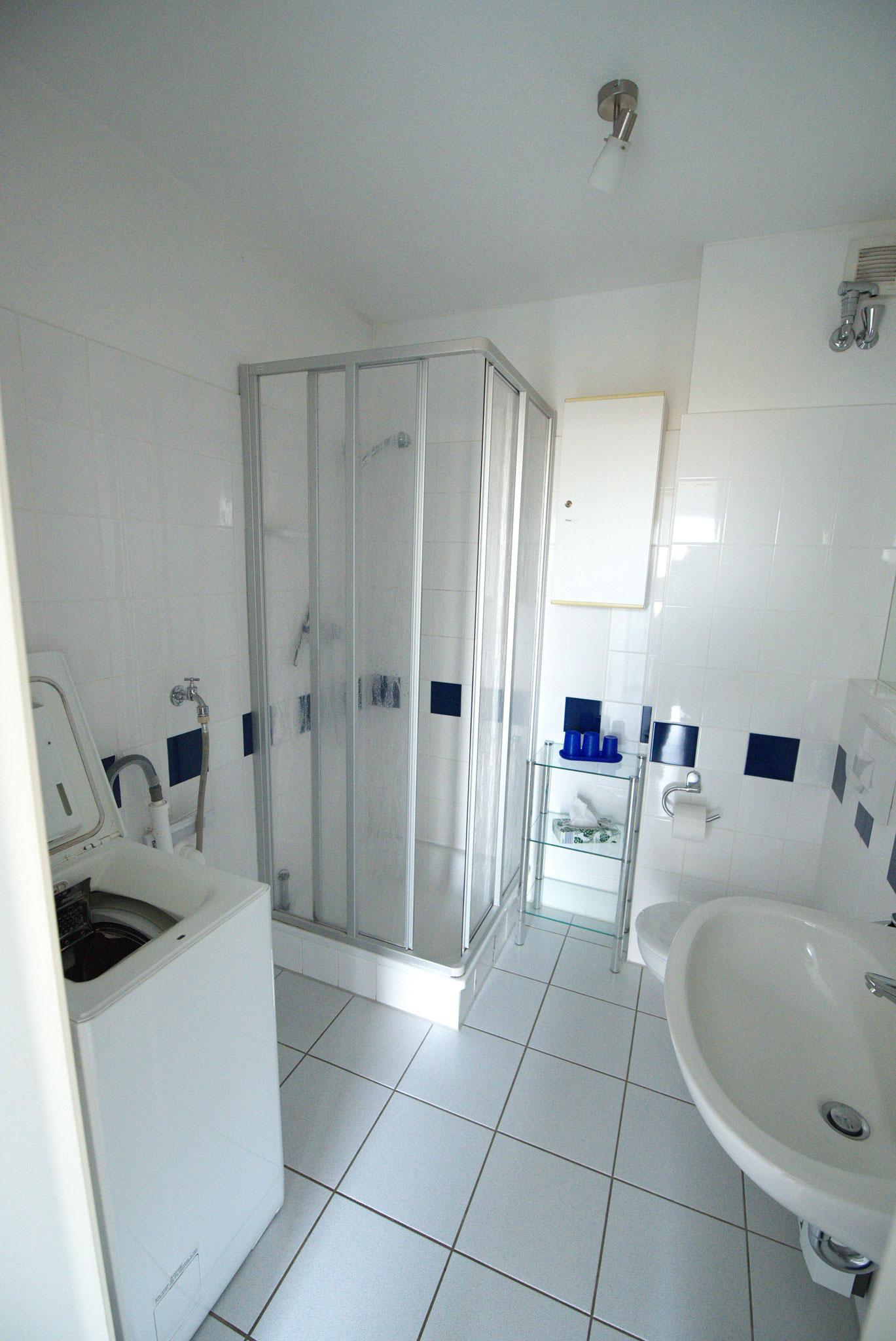 WC unten mit Dusche und Waschmaschine